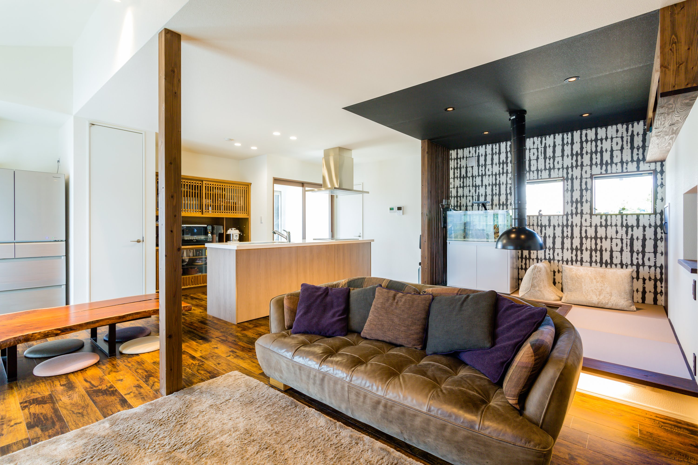 オーナー様お気に入りのソファ。 ソファの雰囲気に合うように内装もご提案。