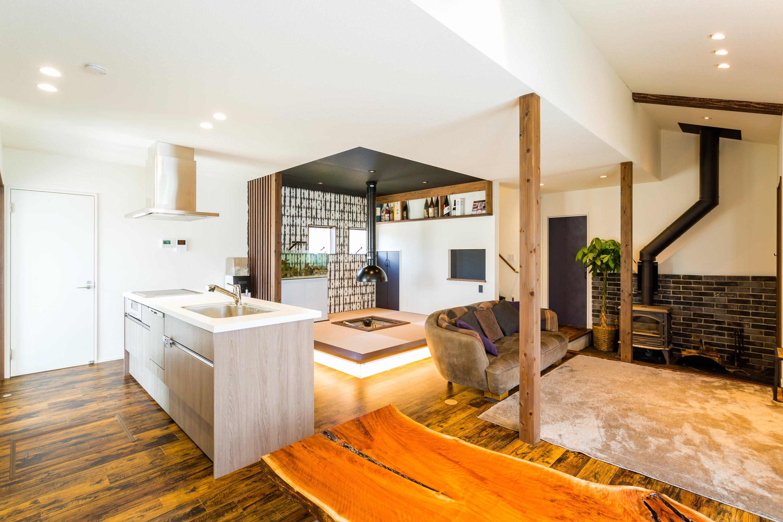 広々としたLDKの一角には囲炉裏付きの和室スペースを設計