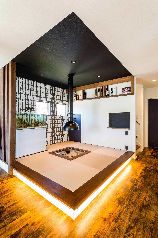 囲炉裏のある和室スペース。インダストリアルな配管で現代風にアレンジされている