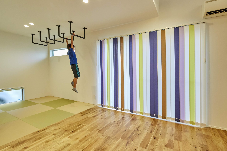 リビングからつながる和室に雲梯(うんてい)を設置。 遊び心も忘れずに