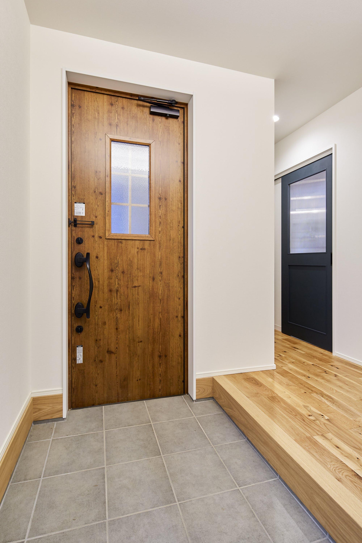 広めの土間スペースを用意した玄関。大容量のシューズインクロークも完備し、荷物が増えがちな子育て世代でも収納をラクに