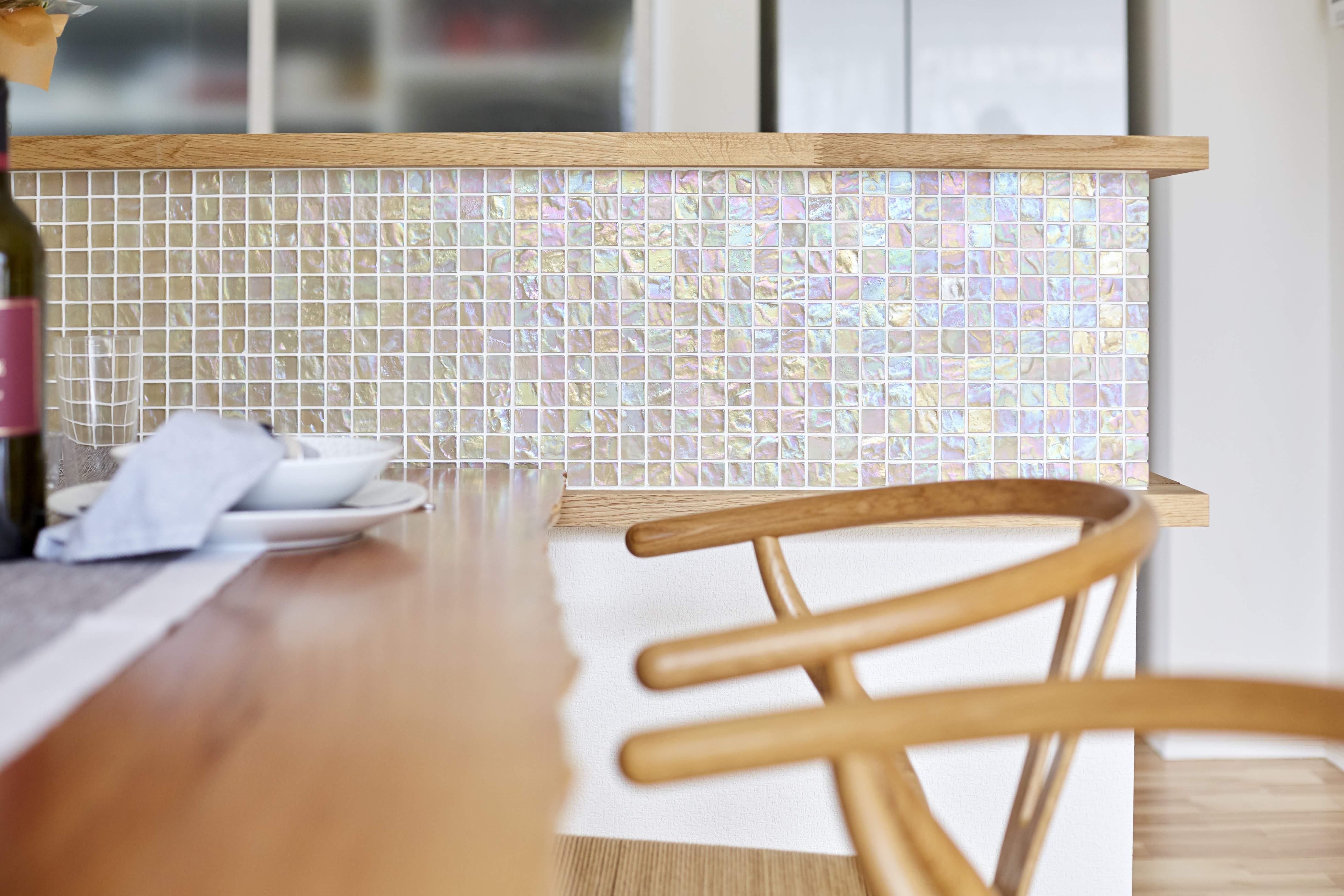 シェルガラスタイルを採用し特徴的なキッチン