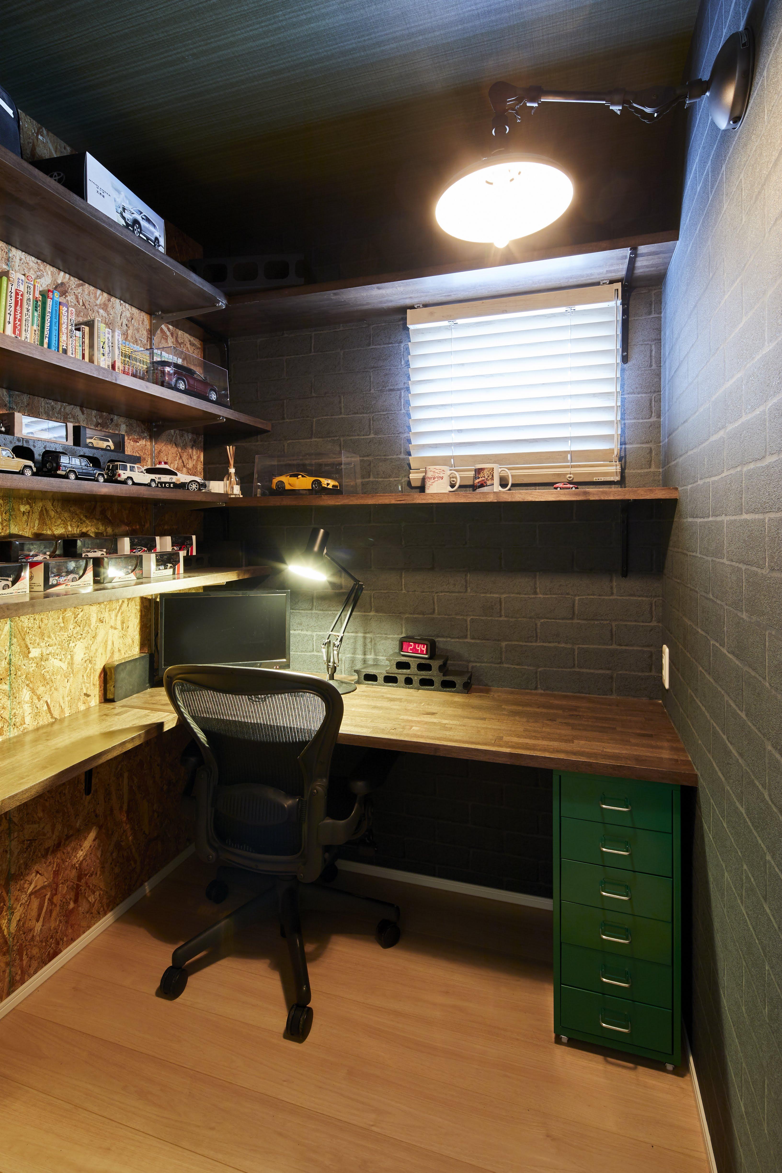 隠れ家のようなテイストで書斎も設計した。お気に入りの小物を並べたプライベートスペースで趣味に没頭できる