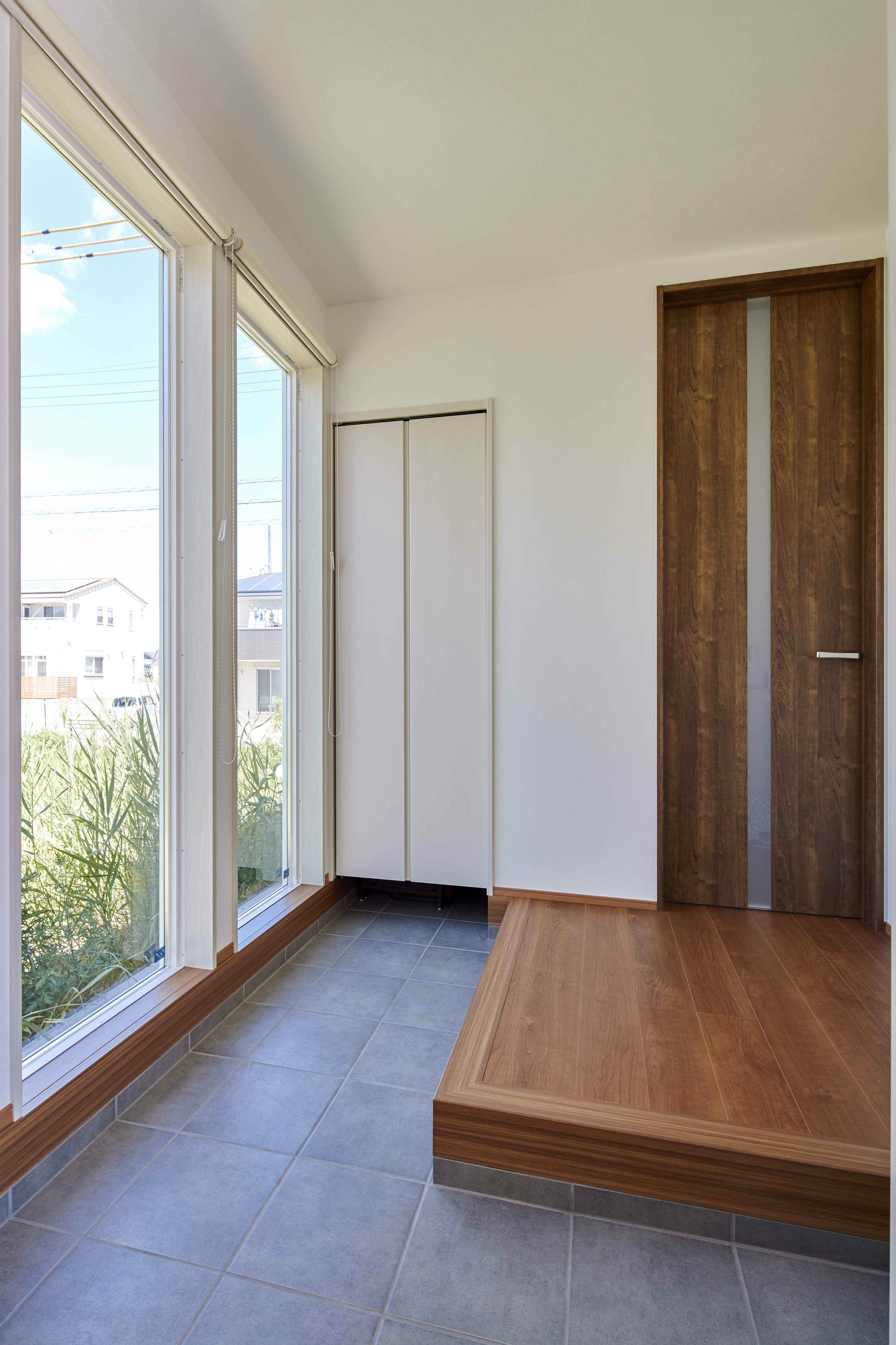 広めの土間スペースを設計した玄関。自転車なども玄関に収納できる