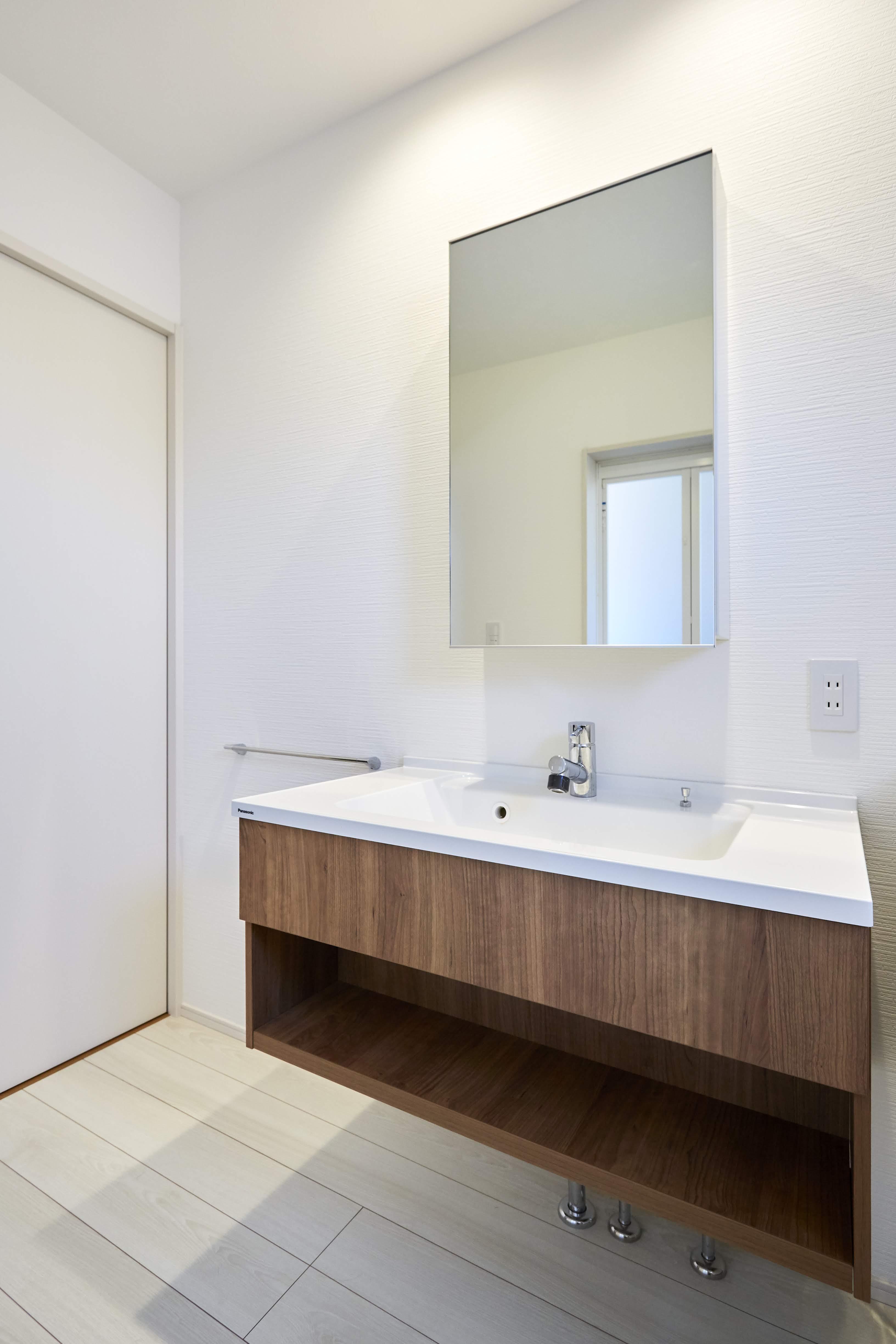 フロートタイプの洗面台は シンプルなカタチで個性的な空間を演出してくれる