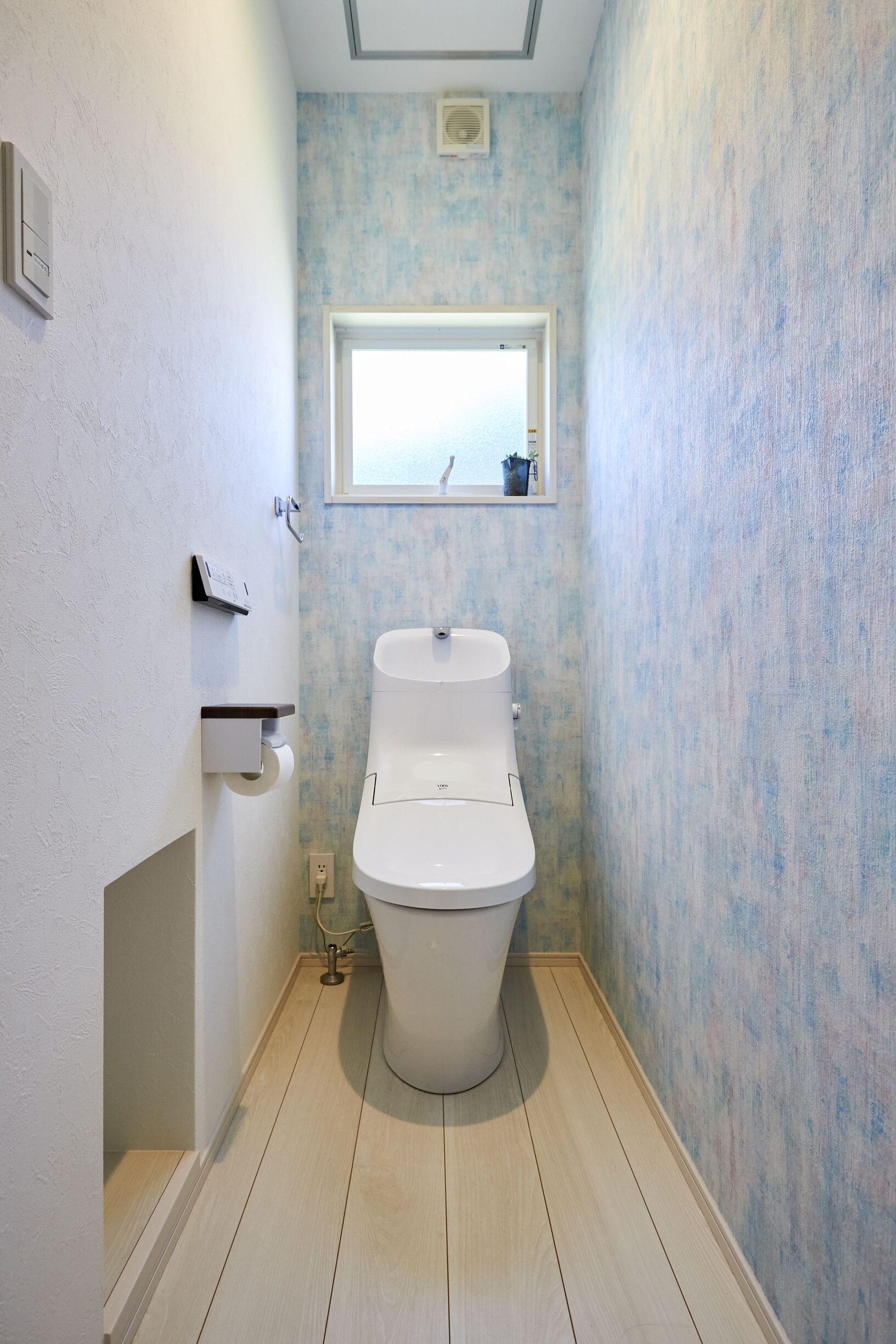 爽やかな印象を与えるアクセントクロスをあしらったトイレ