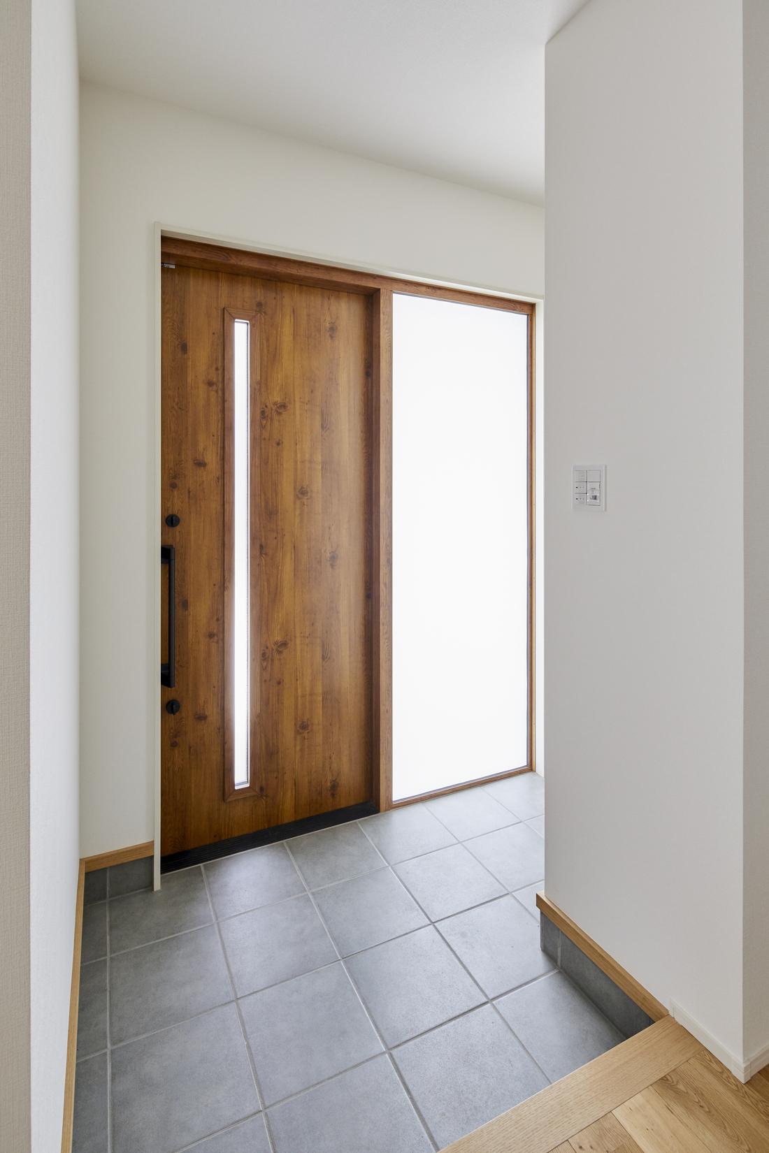 大き目の土間を確保し使い勝手抜群。玄関ドア横から光がふんだんに入り、暗くなりがちな玄関も明るい