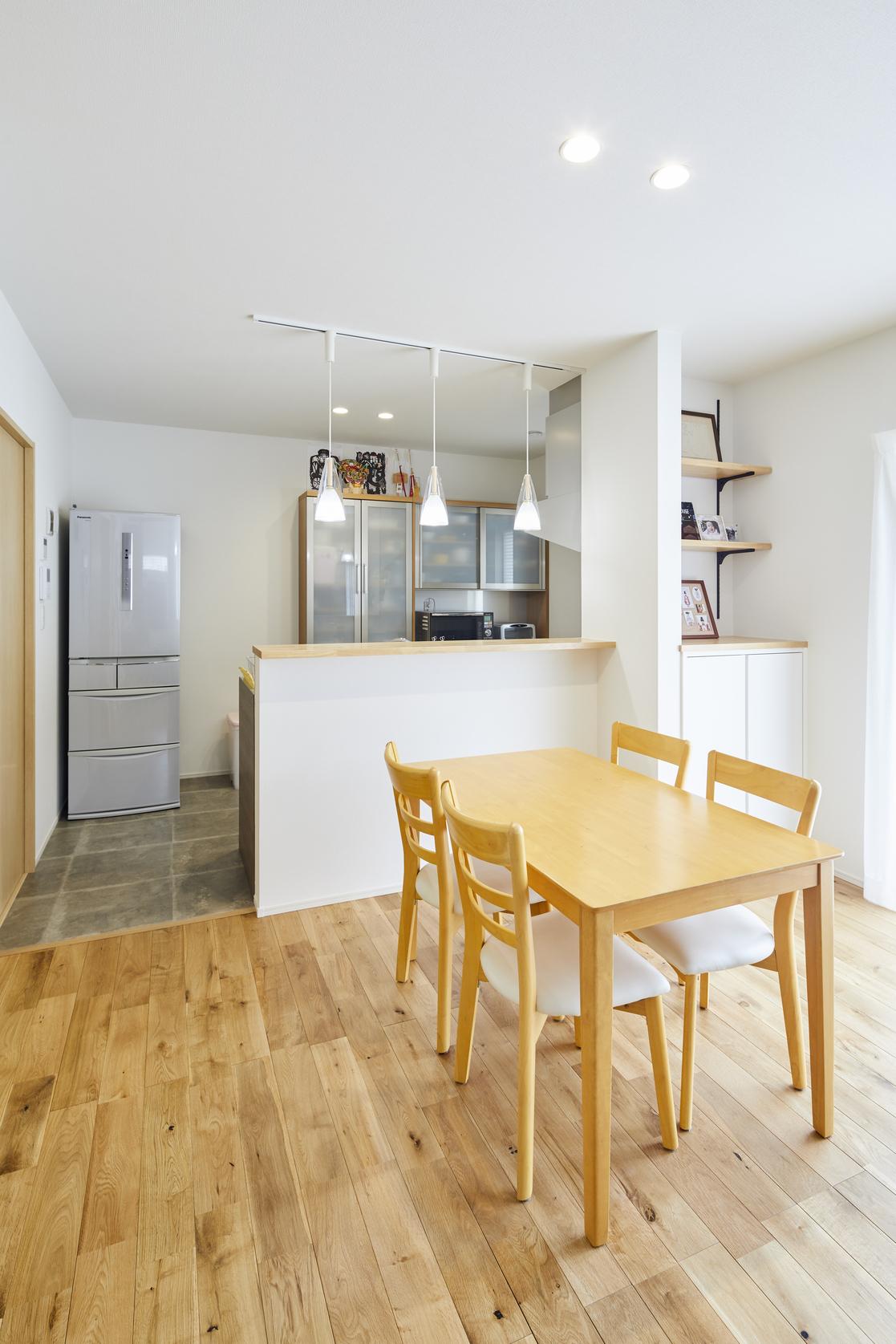 キッチン上部に吊戸棚も設けず上部に空間をつくることで、更に開放感も強調した