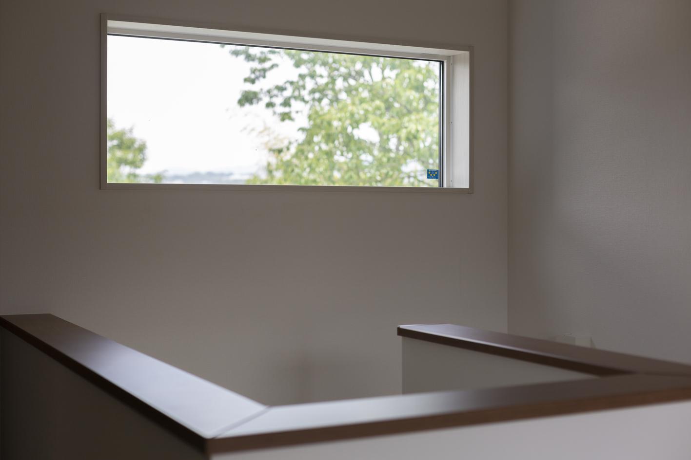 階段には景色が抜ける位置に窓を設け、 明るく開放的に
