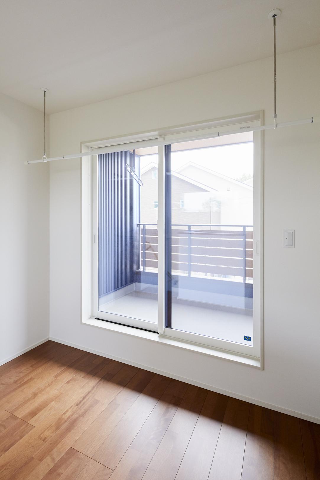 廊下には広めのホールをつくり、 雨の日は洗濯物のスペースとして活用できるように設計した