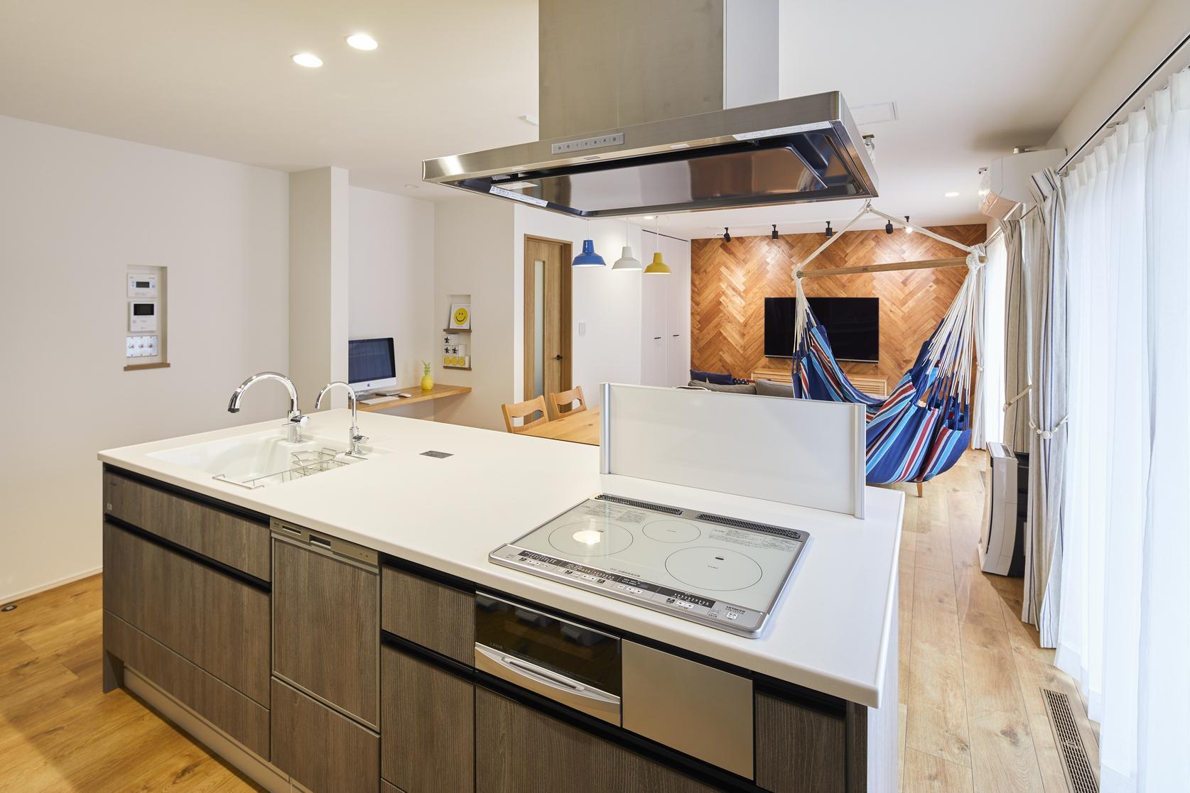 アイランドキッチンを採用。吊戸棚を設けず開放的で、ワークトップも広いので使い勝手も抜群です