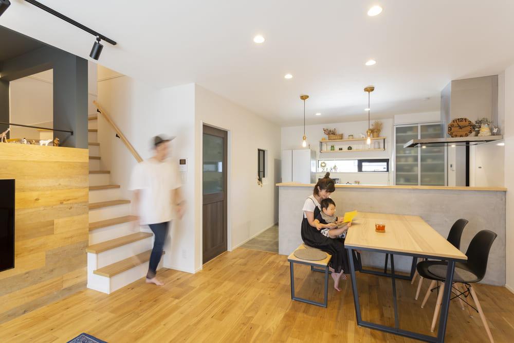 モルタル塗装を施したキッチンとオークの無垢床材がナチュラルテイストを創り出すLDK