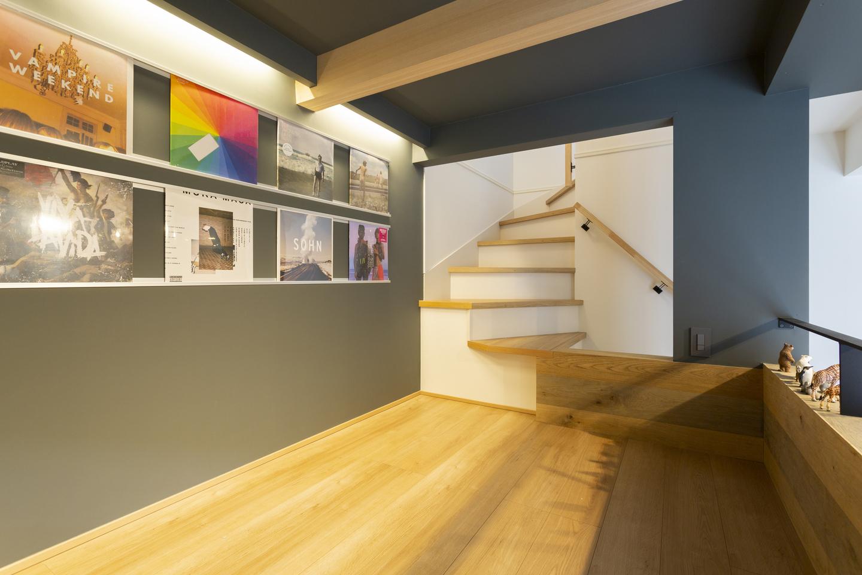 中二階スペースにお気に入りのレコードを飾って、秘密基地のような雰囲気に