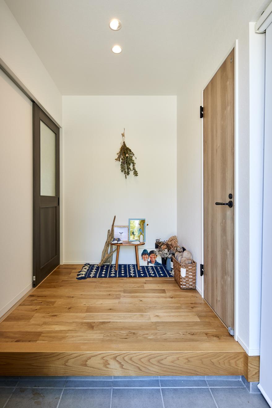 シンプルな玄関ホールにはお気に入りのグッズを飾るのも家族の愉しみに