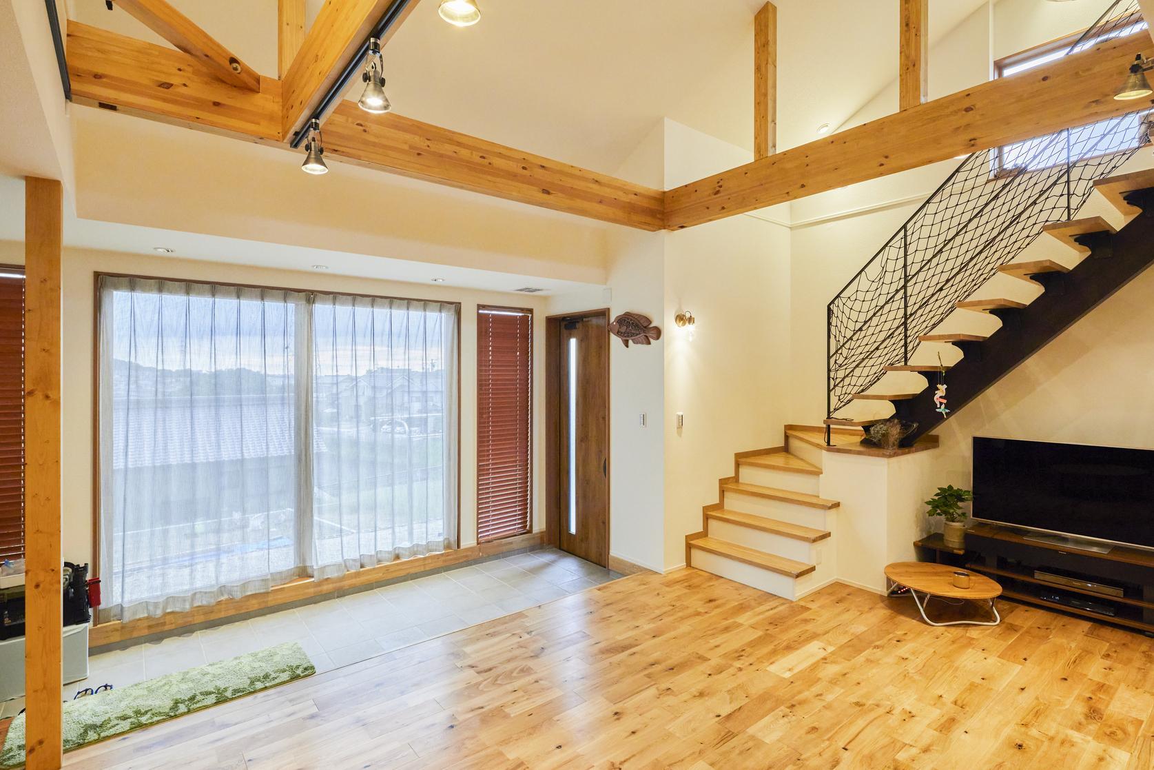 広い土間スペースを確保。大きな窓からは優しい光が差し込む
