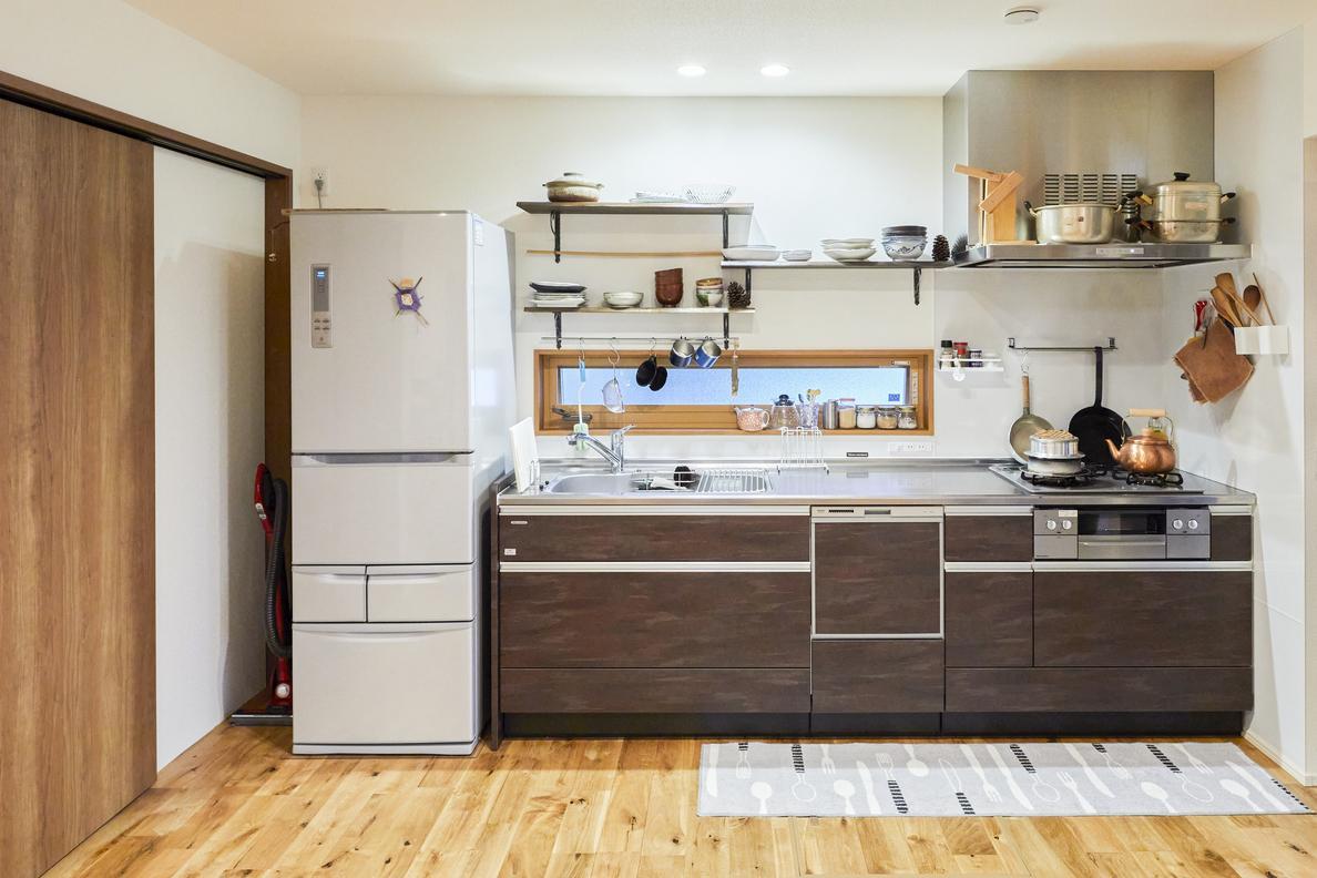 省スペースでLDKの大空間をより強調する壁付けキッチン