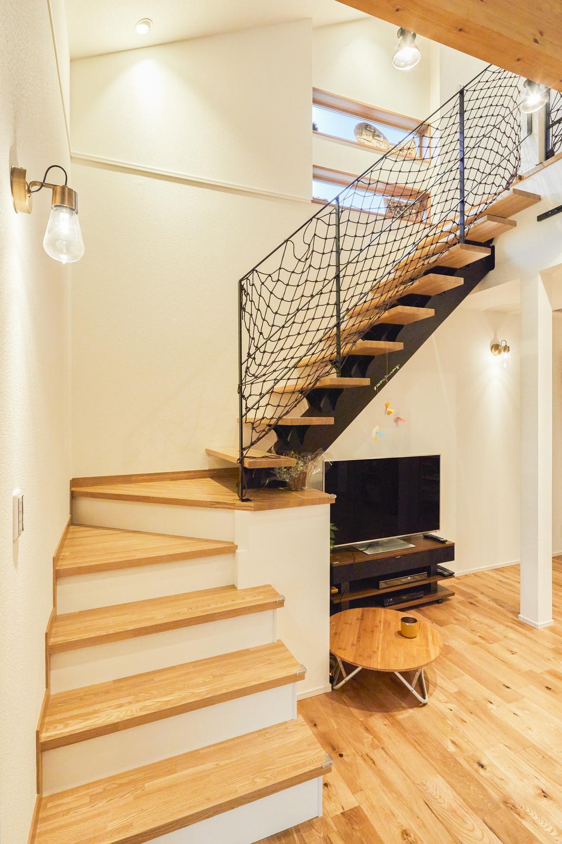 アイアンの手すりが特徴的なリビングのオープン階段