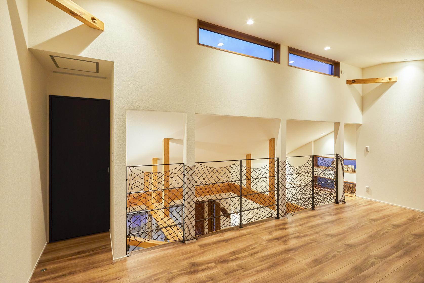 勾配天井を生かした高い位置の窓は2階ホールに明るい光を差し込んでくれる