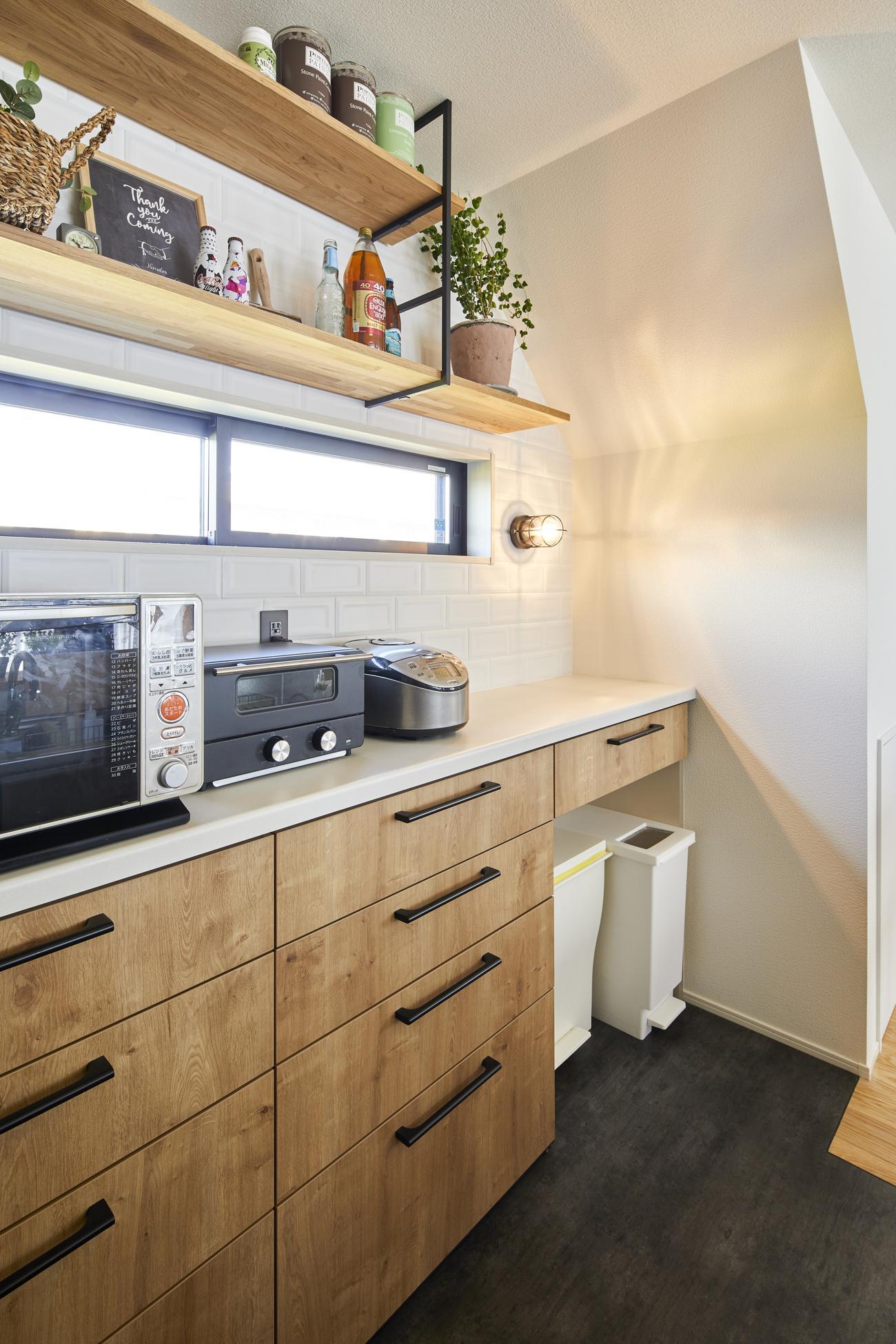 LDKの家具と色味を合わせたキッチン背面収納。上部造作棚にはお気に入りの小物を飾り付けることもできる
