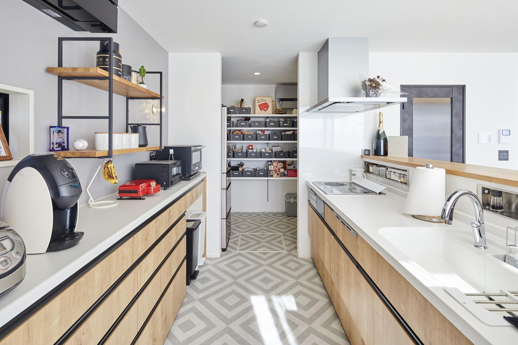 キッチンは奥様好みの幾何学デザインに。パントリーも併設しており、使い勝手が良く収納力も高い