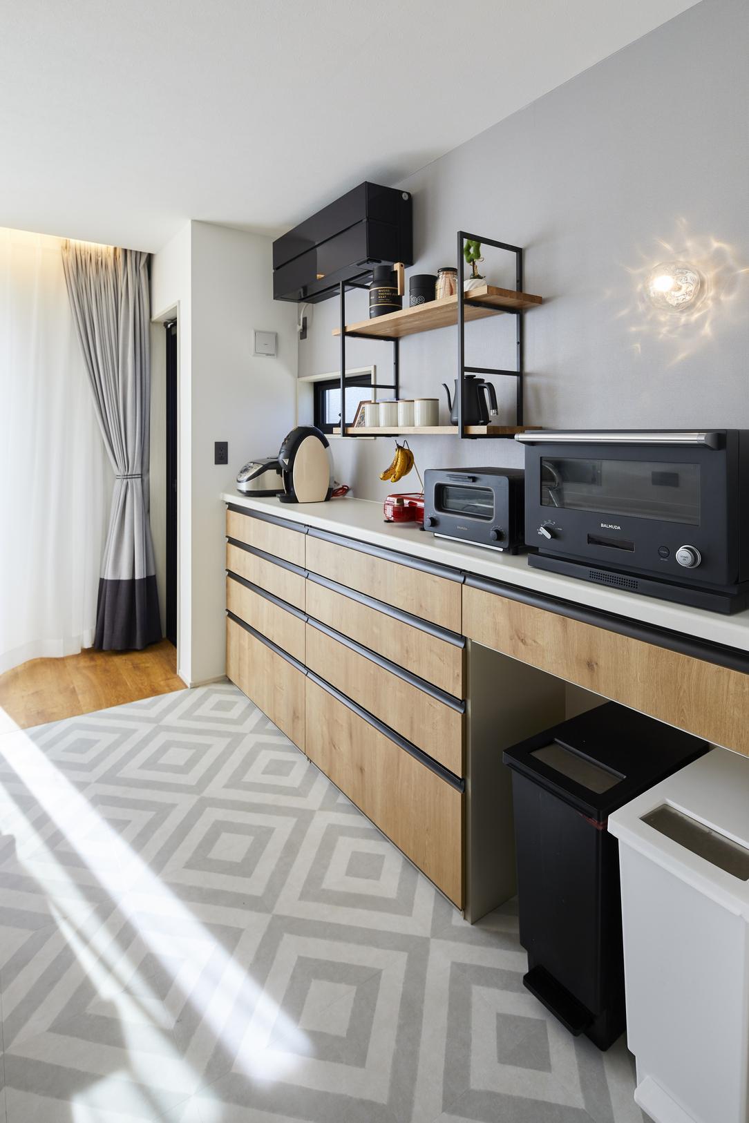 キッチンの背面収納は低く抑えたことで、空間がより広く感じられるとともに、カフェのようなテイストを愉しめる