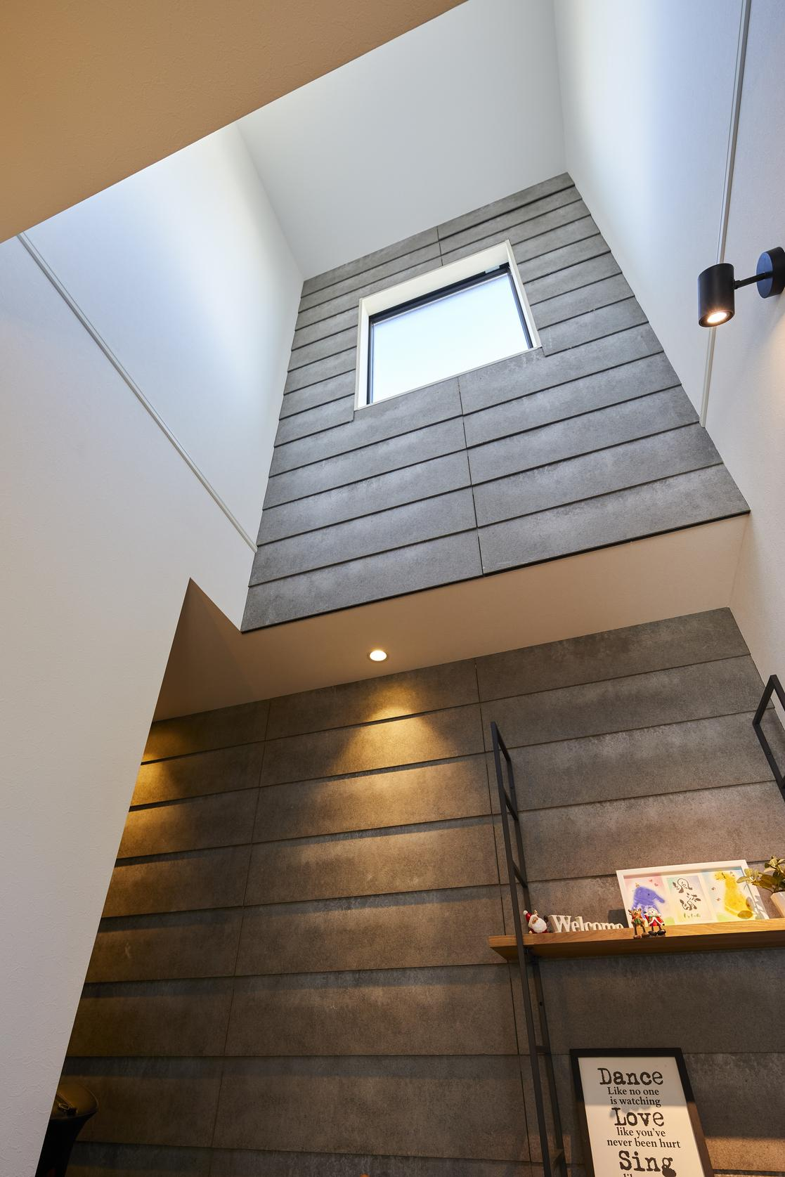 2階部分の天井の高さまである玄関の吹抜け。家に入った瞬間、開放的な空間が広がっている