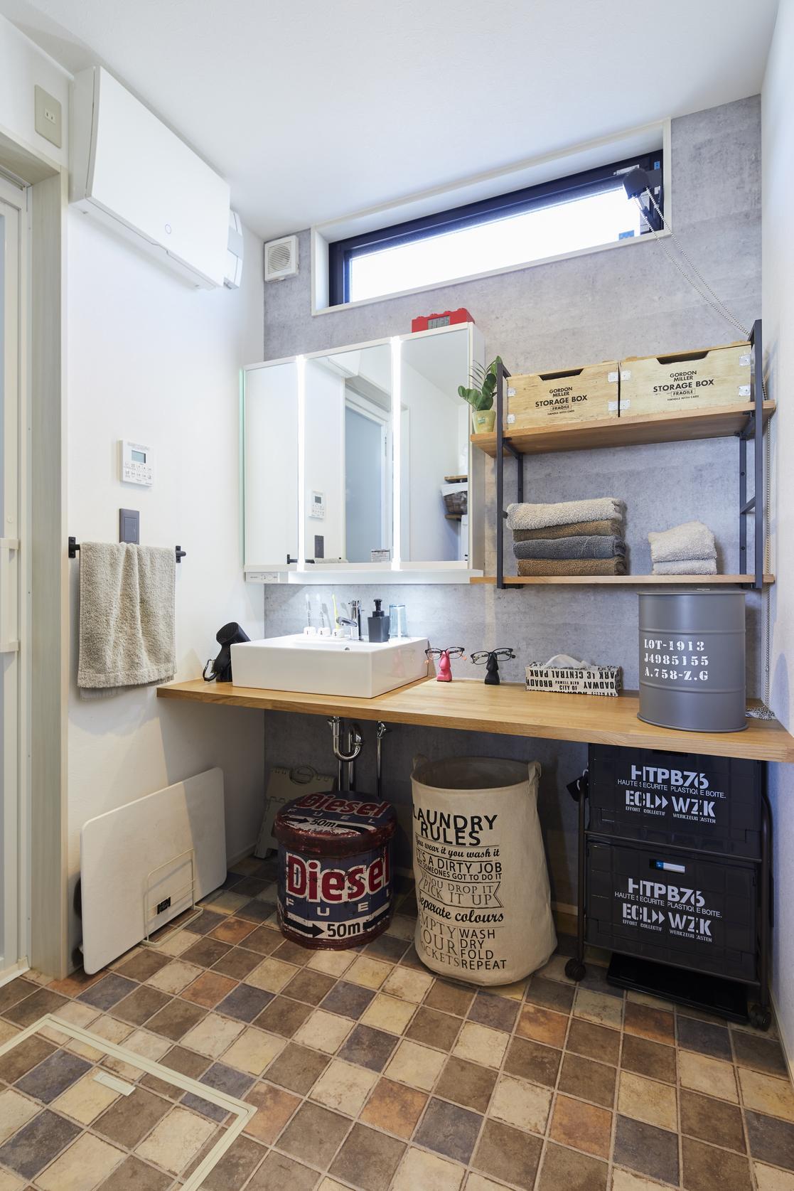 洗面は半造作という既製品と造作部分をうまく組み合わせた方式を取り、使い勝手の良さとデザイン、コストカットを両立