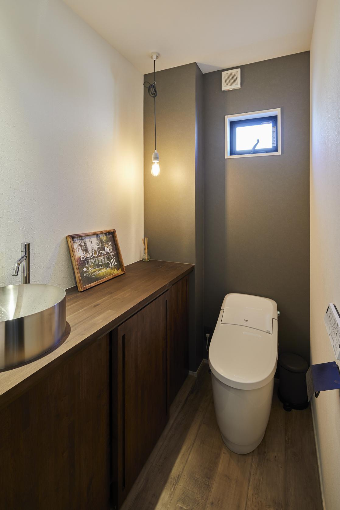 造作棚で収納力も高いトイレ