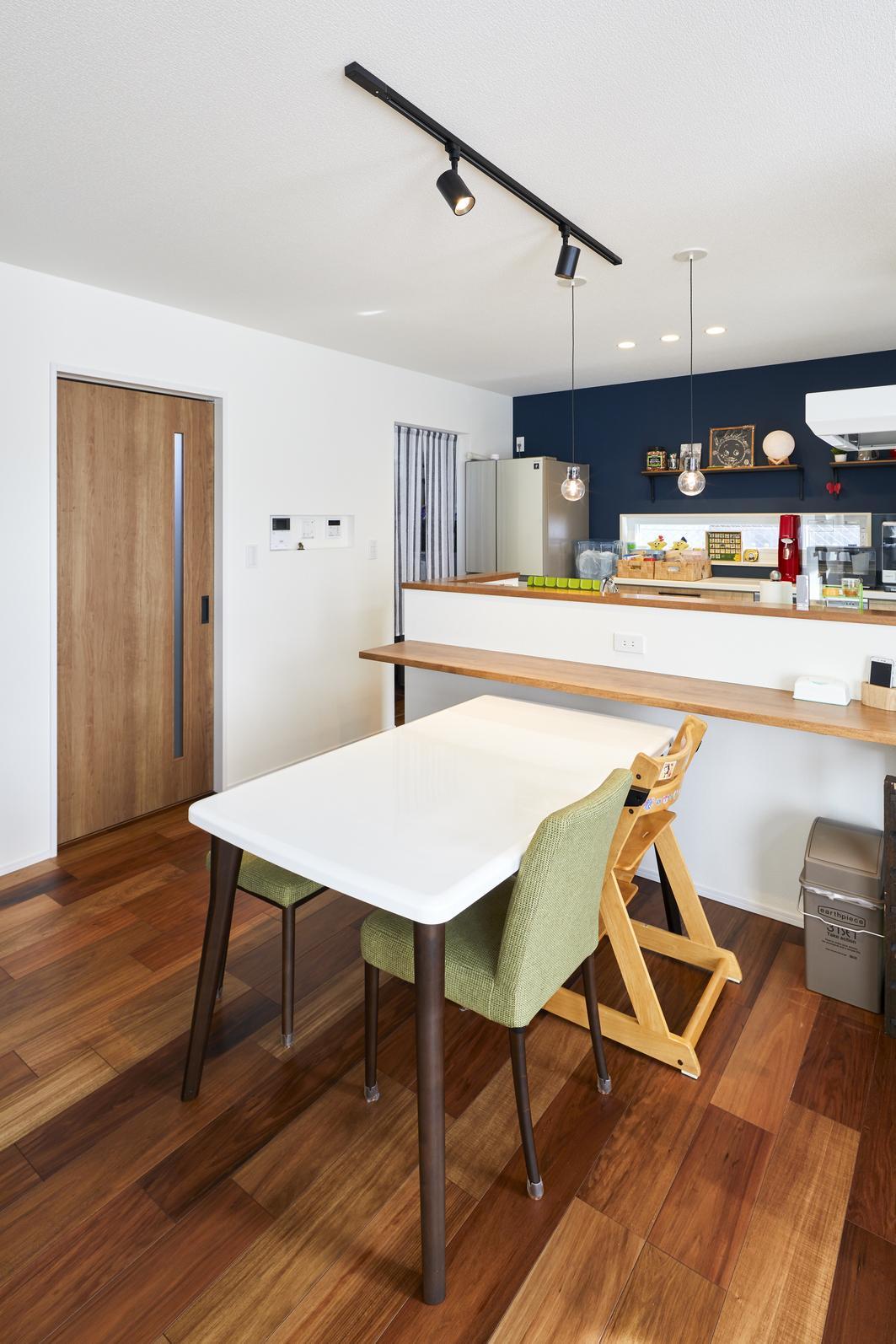 ダイニング側にはカウンターを造作。キッチンの腰壁にはダイニングテーブルの高さに合わせてコンセントを設置しているので、ホットプレートなど利用時には大助かり