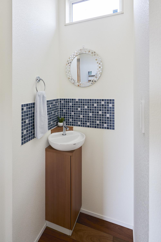 玄関ホールの近くには手洗いスペースを設け、家に帰ったらすぐに手洗いできる