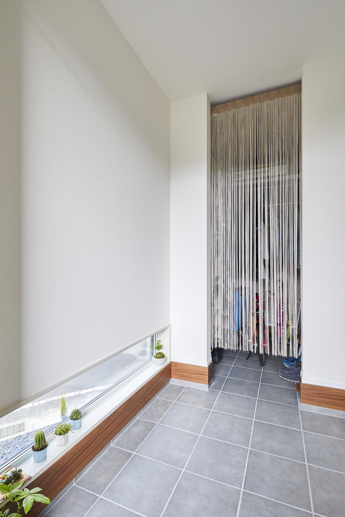 玄関には大きめのシューズクロークを設計。シューズクロークから室内に上がることもでき、回遊性も高い