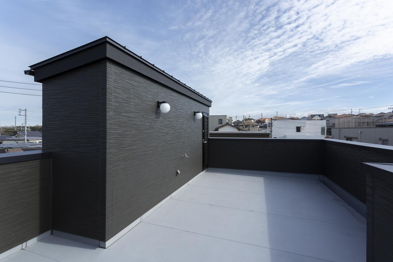 広々とした屋上スペース。家族だけの外空間はBBQやガーデニングにも活用できる