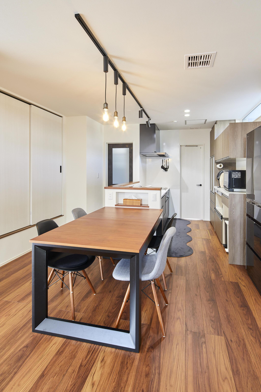 キッチンとダイニングは直線的に配置。配膳の手間も減り家事もラクラク