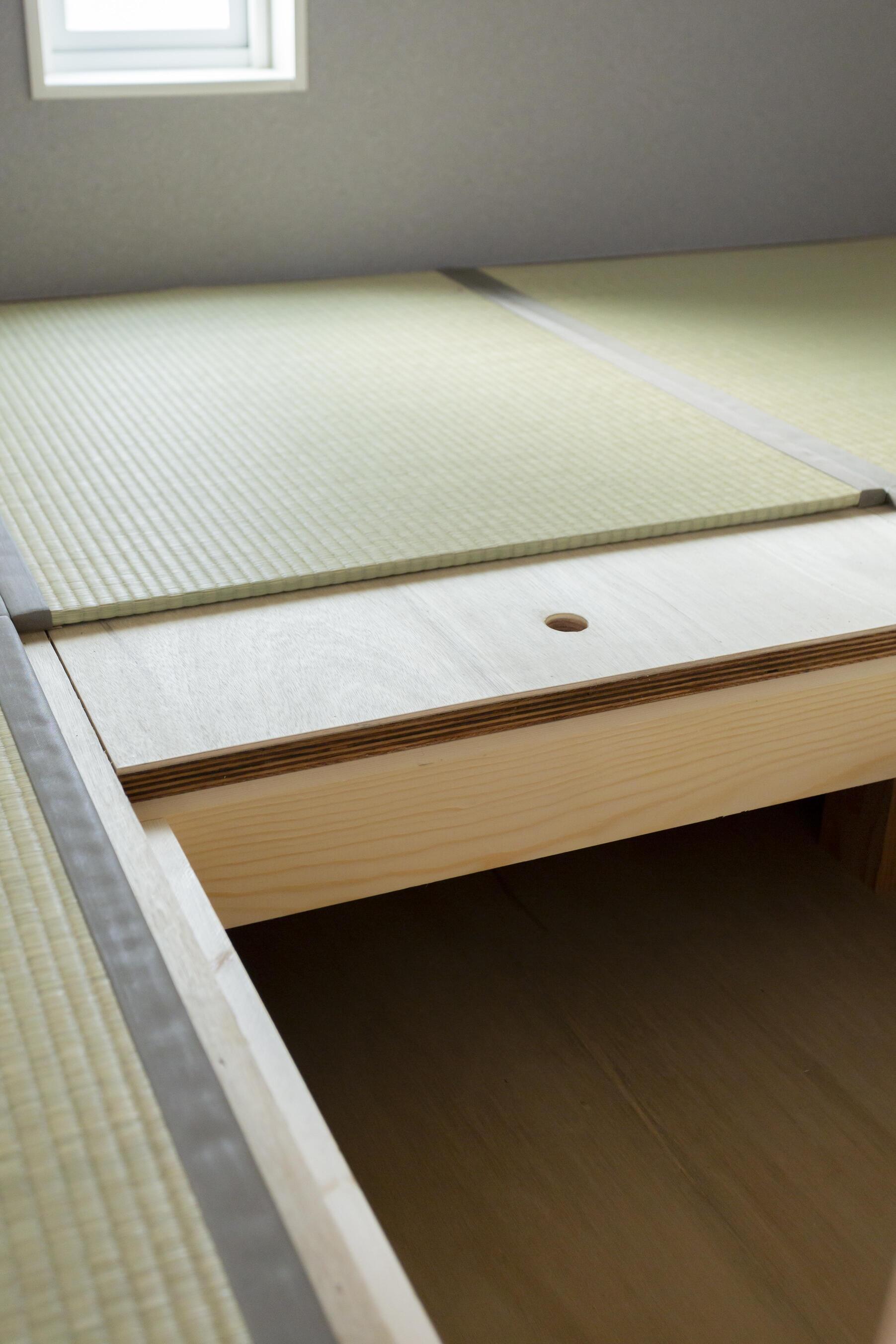 畳コーナーの下は収納になっており、普段使わない大型のものを収納して置ける