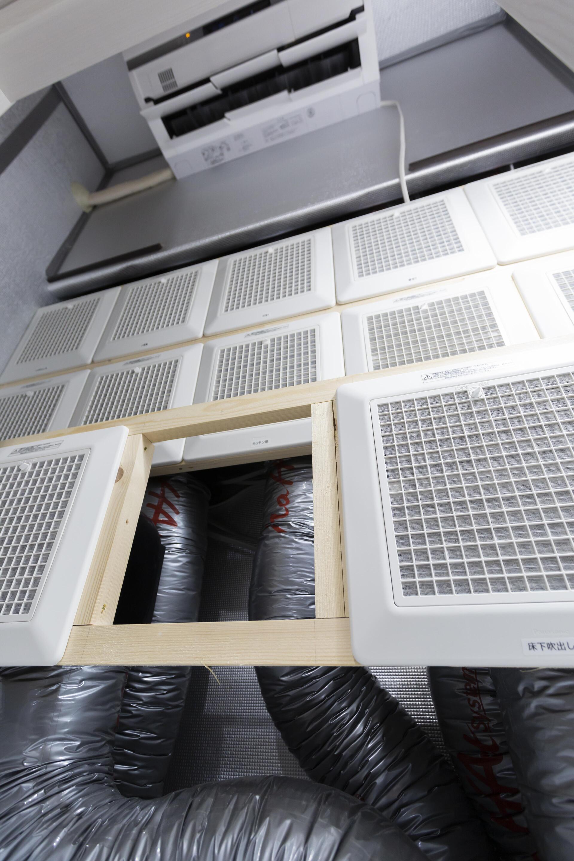 空調室の内部。住まいの各所に配置された吸排気口に繋がっており、空調室で温度と湿度を調整された空気が家中にいきわたる