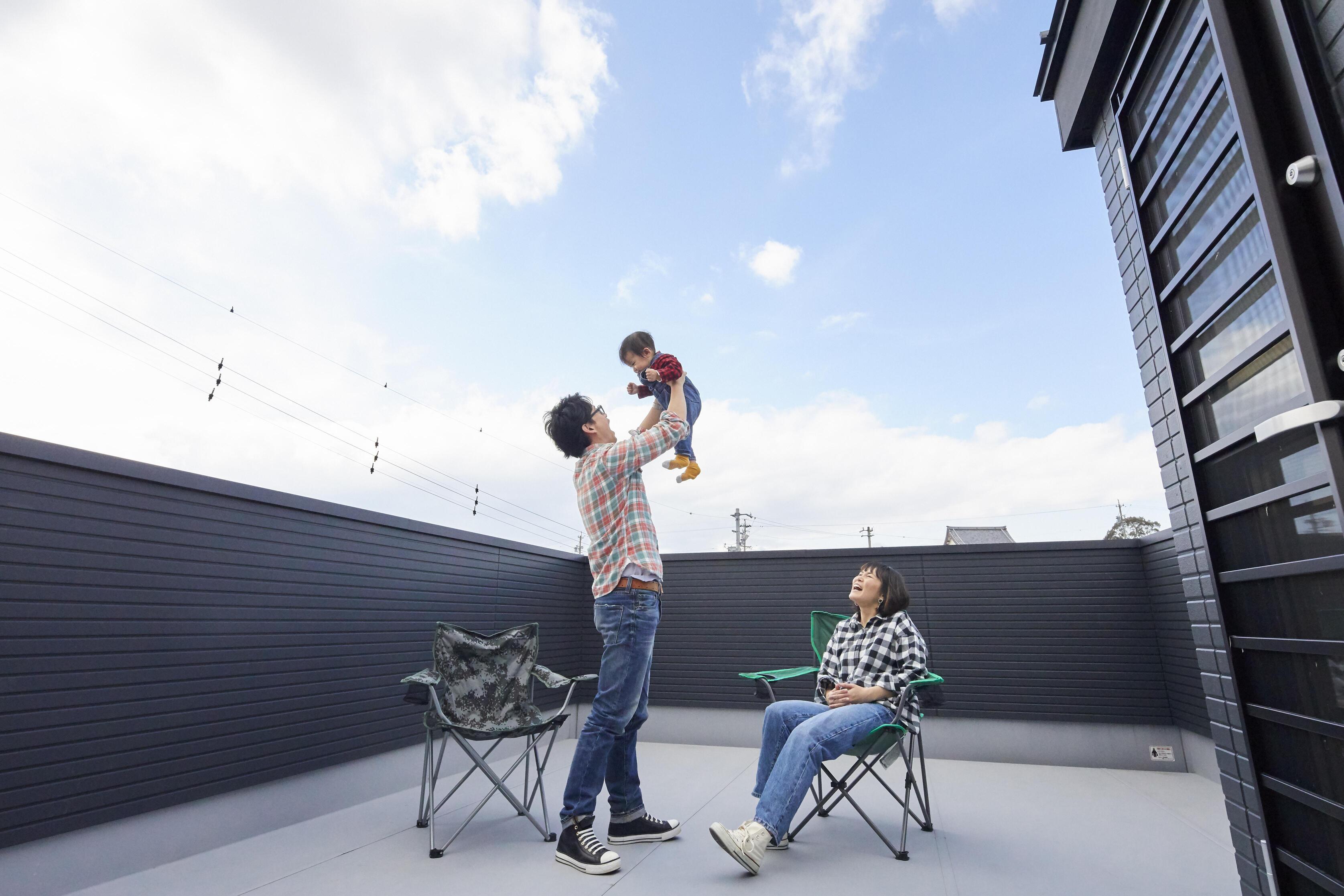 子どもの遊び場としても、家族団らんのスペースとしても活用できる屋上は、家族だけ特別な外空間