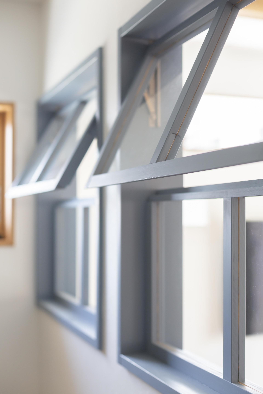 室内窓をつけることで、玄関スペースに光が入るだけでなく、家族の気配を伝える役割もある