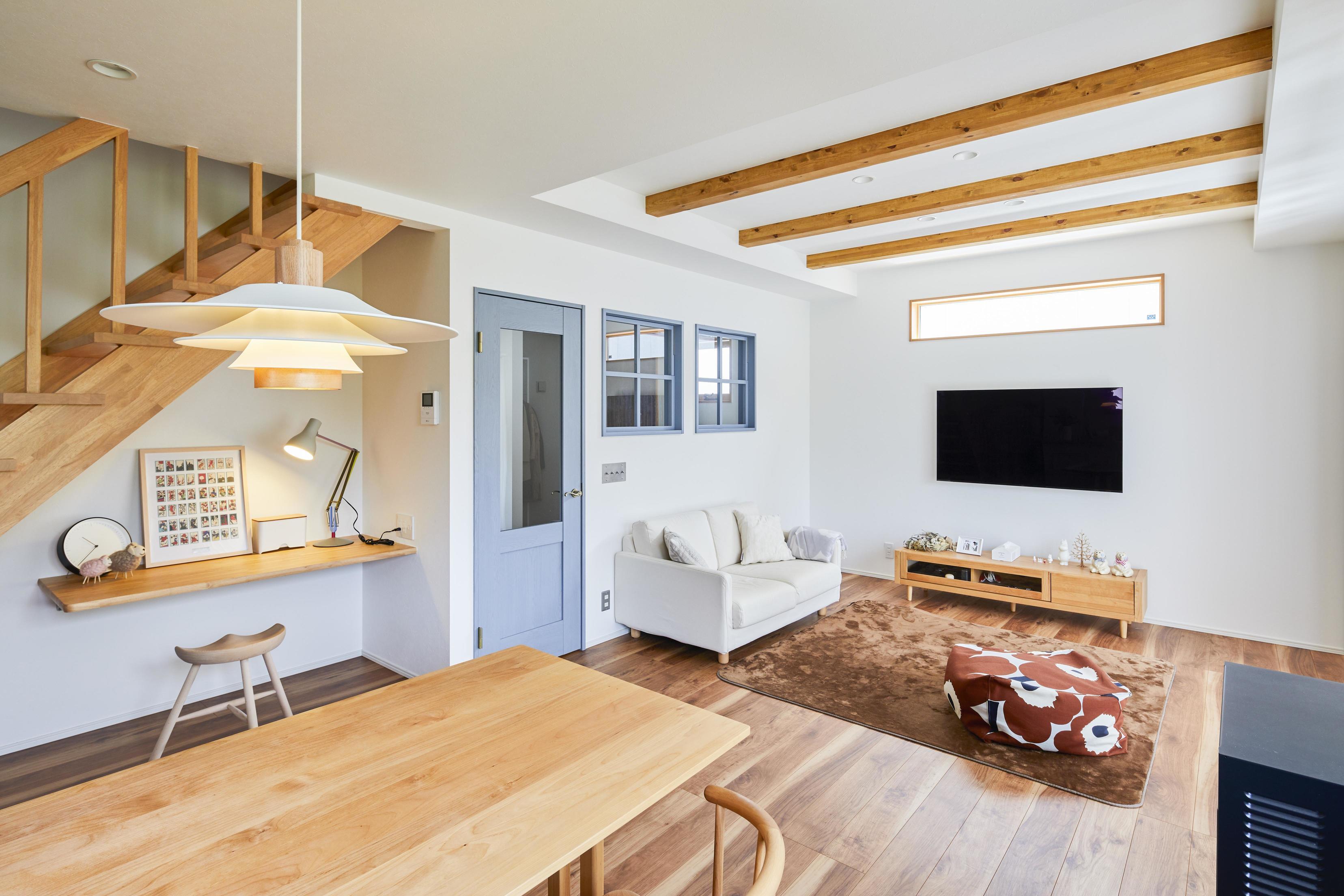 折り上げ天井で見せ梁にし、開放感と木の温もりをプラス
