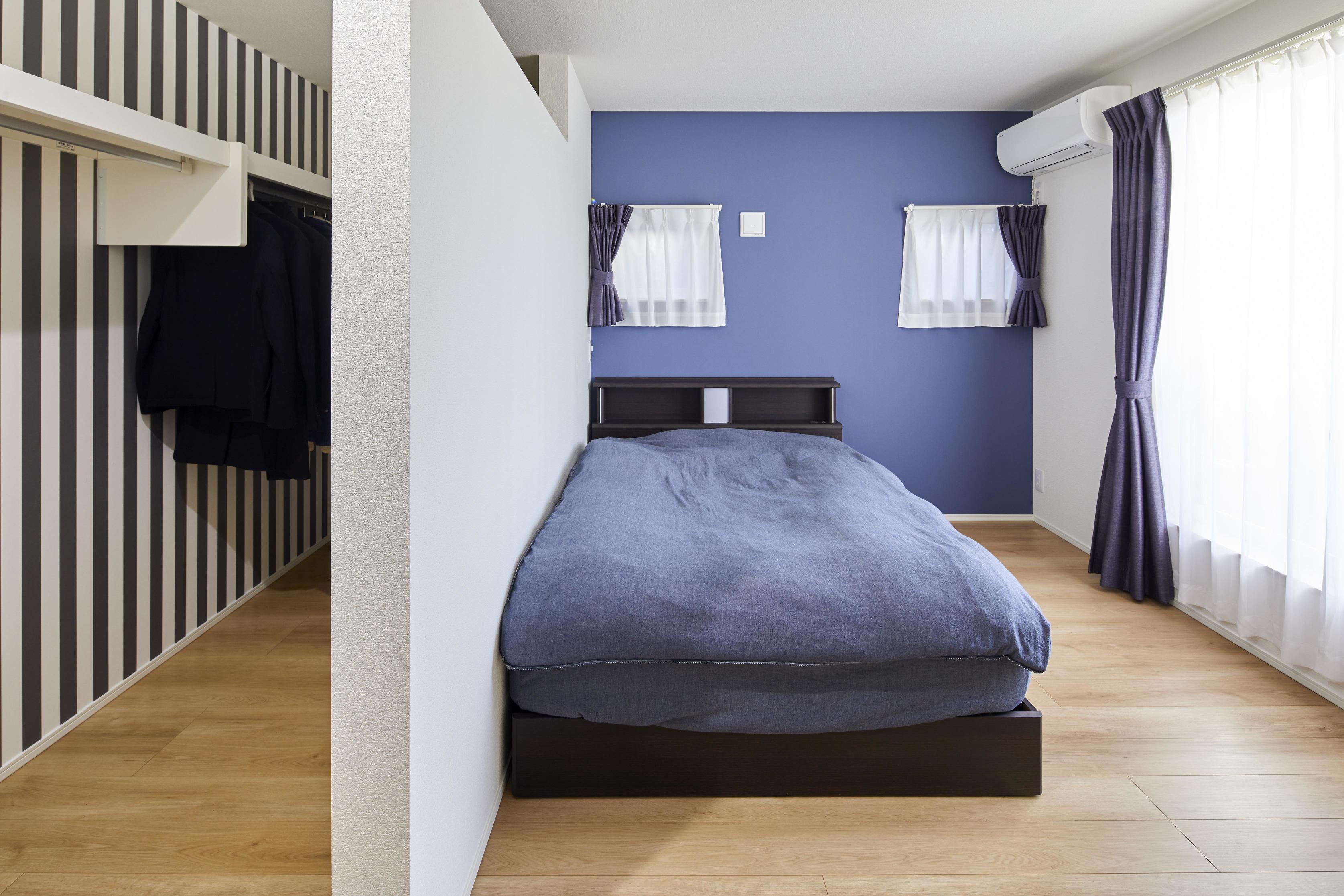 主寝室は濃いめのブルーアクセントクロスで落ち着いた印象に