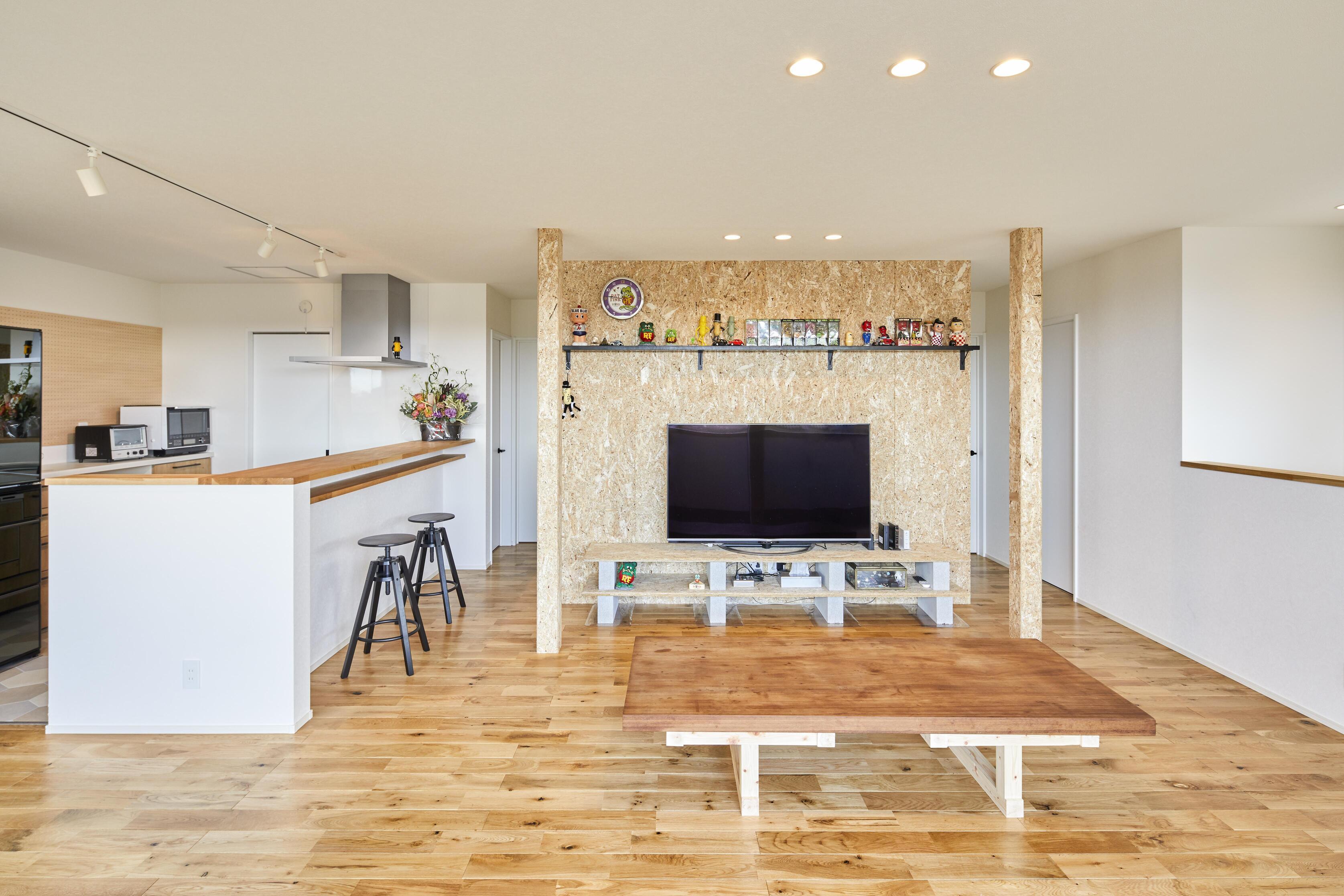 OSB(構造用合板)をインテリアに活用し、家族で落ち着けるラフな空間に