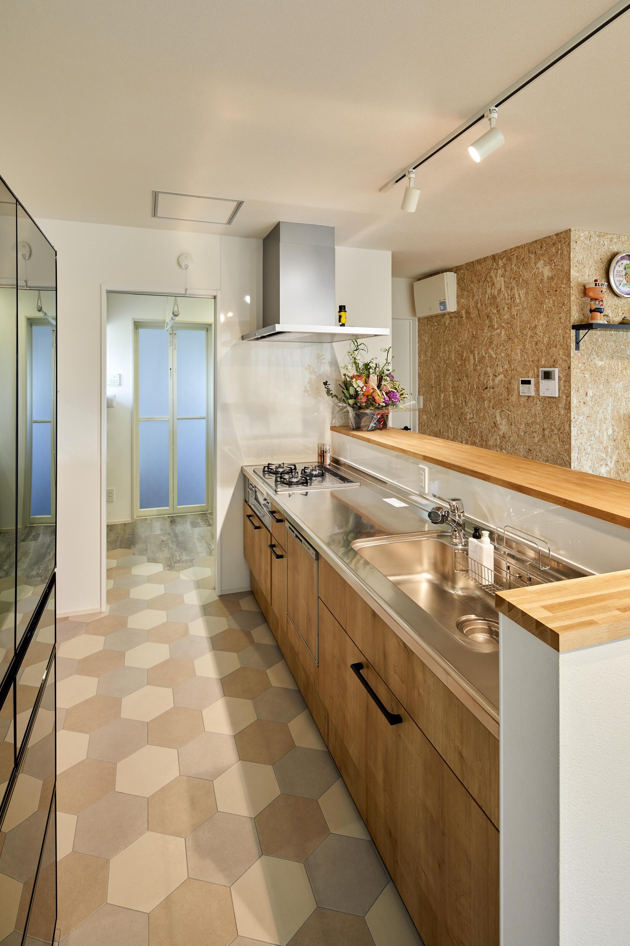 キッチンは幅の広い笠木を採用し、使い勝手の良いカウンターに