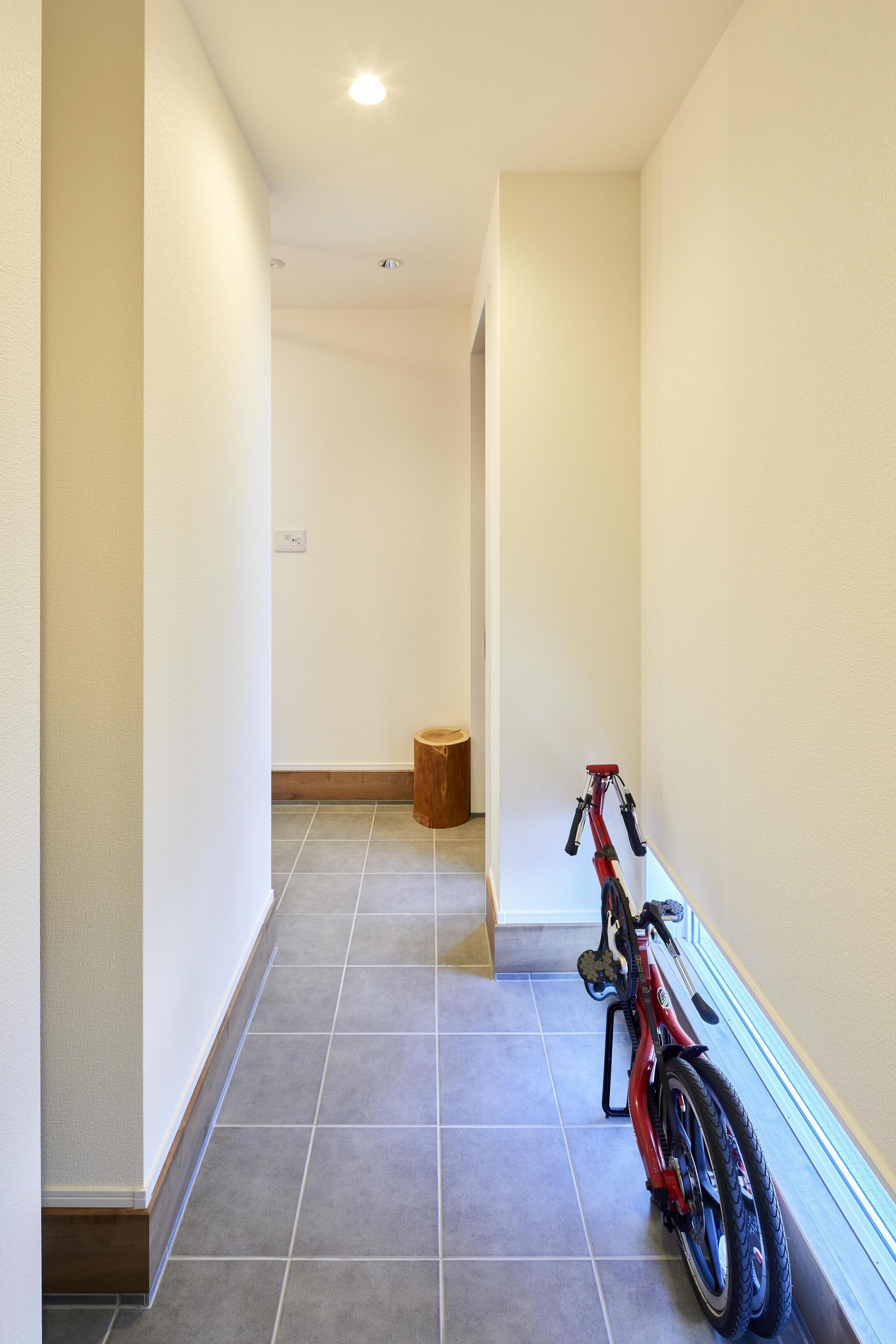 靴だけでなく、自転車やアウトドア用品も玄関周りに収納できる