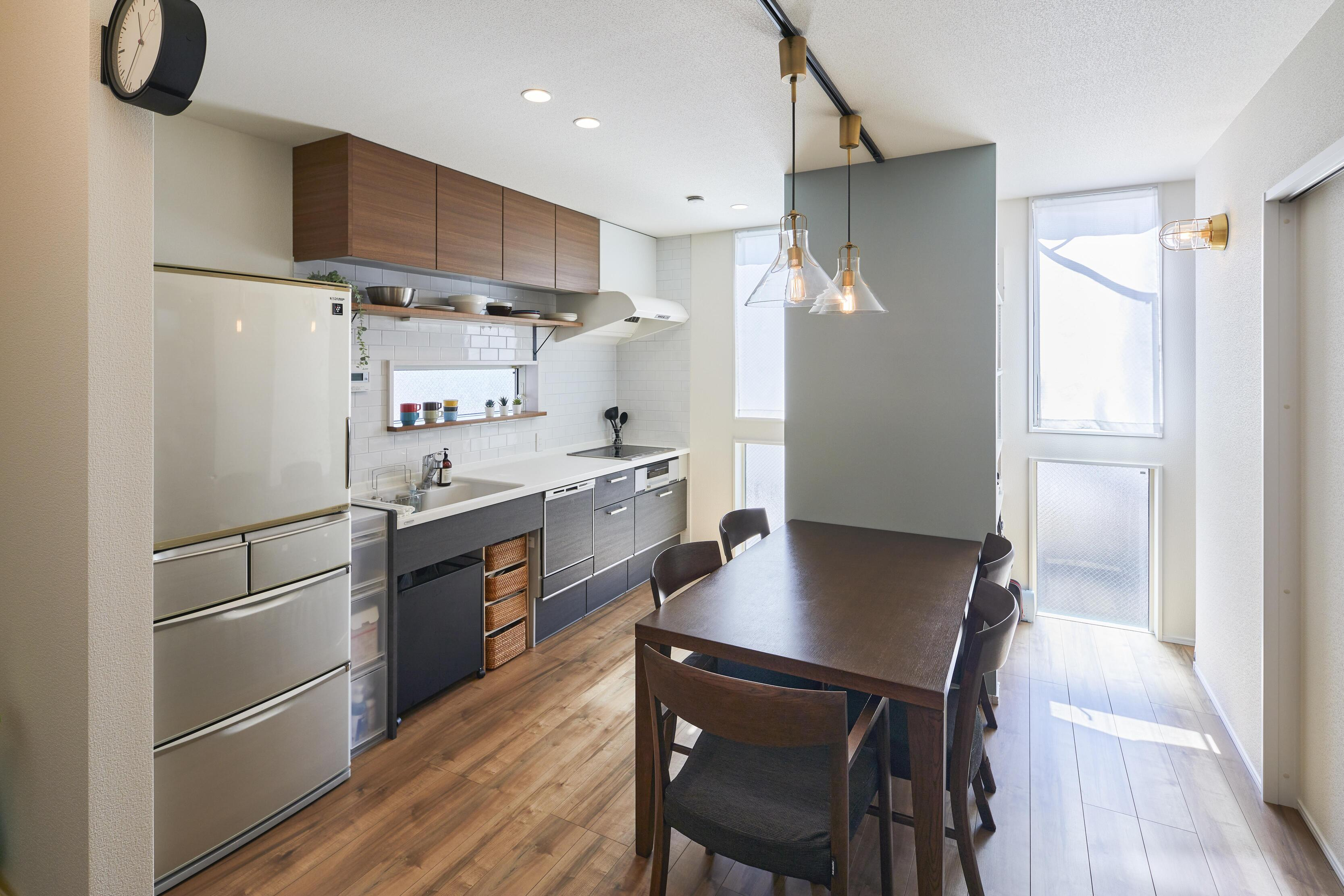 スペースを活かすため壁付けキッチンを採用。窓際には収納も設計している