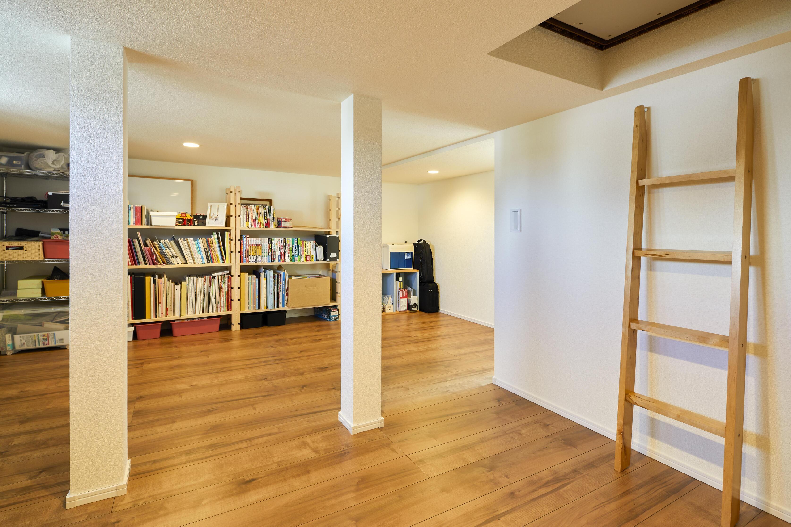 中3階を設計したことで生まれたスペースを小屋下収納として活用。中三階からつながら梯子もあり遊び心を感じられる