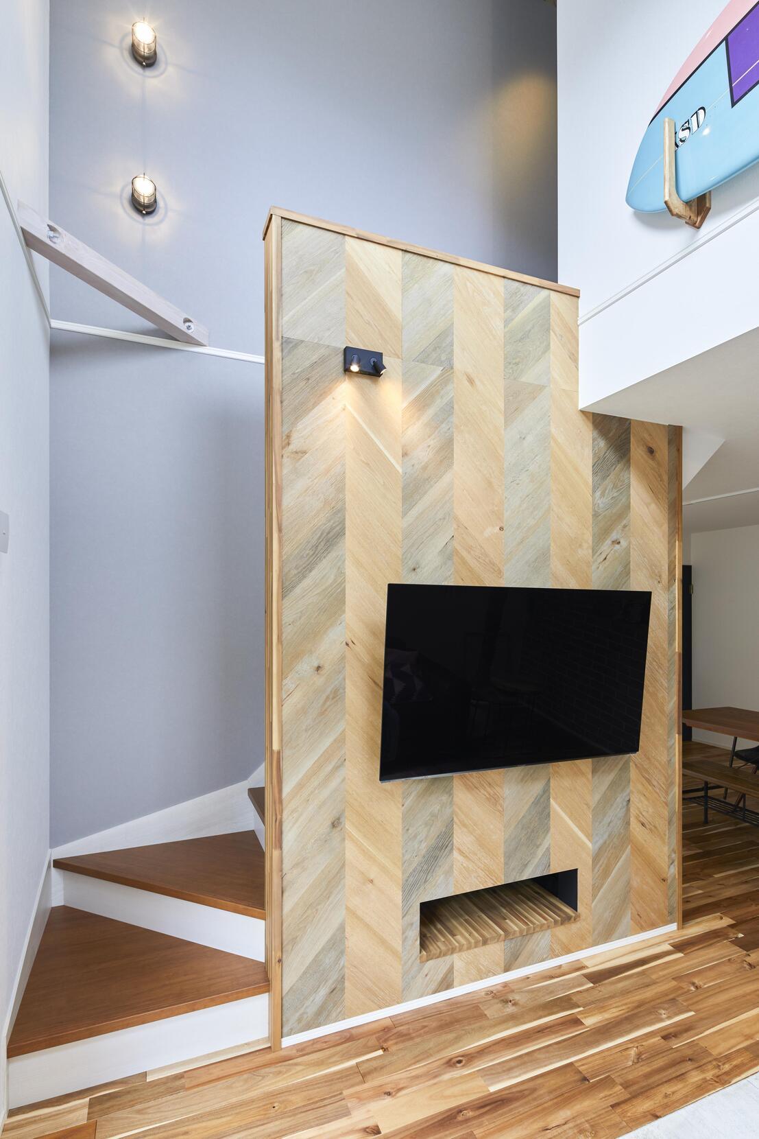 TVバックボードはエイジング塗装されたオーク材をヘリンボーン貼りに