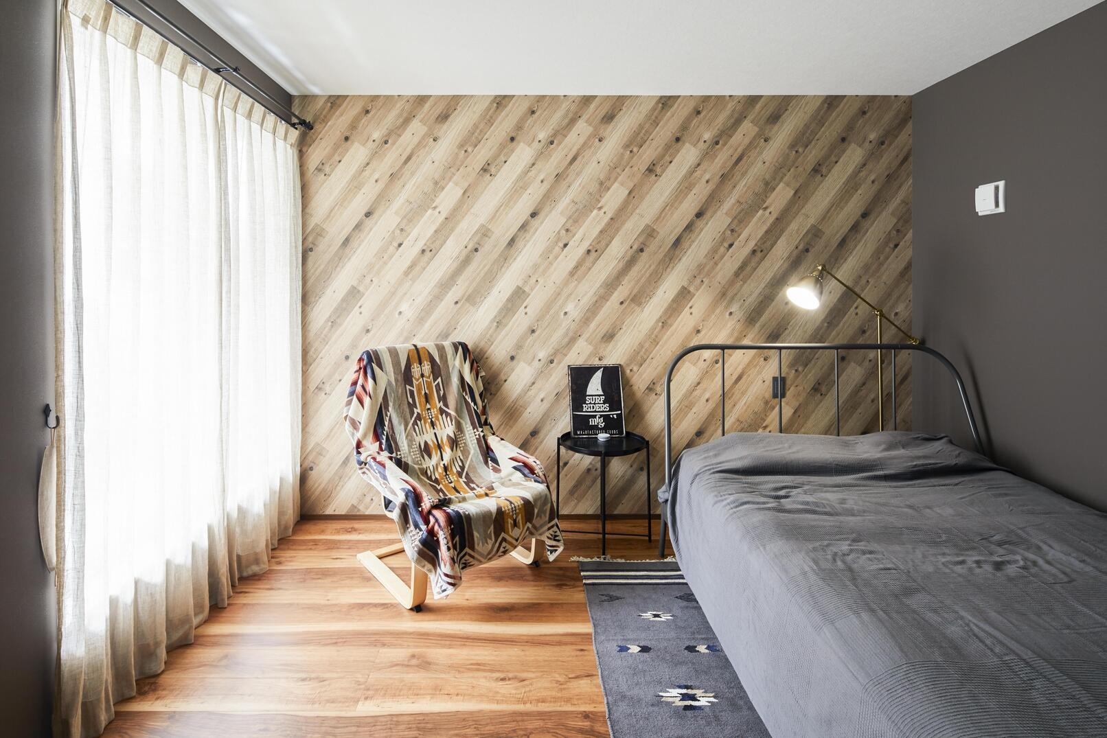ダークトーンでまとめた落ち着きのある寝室