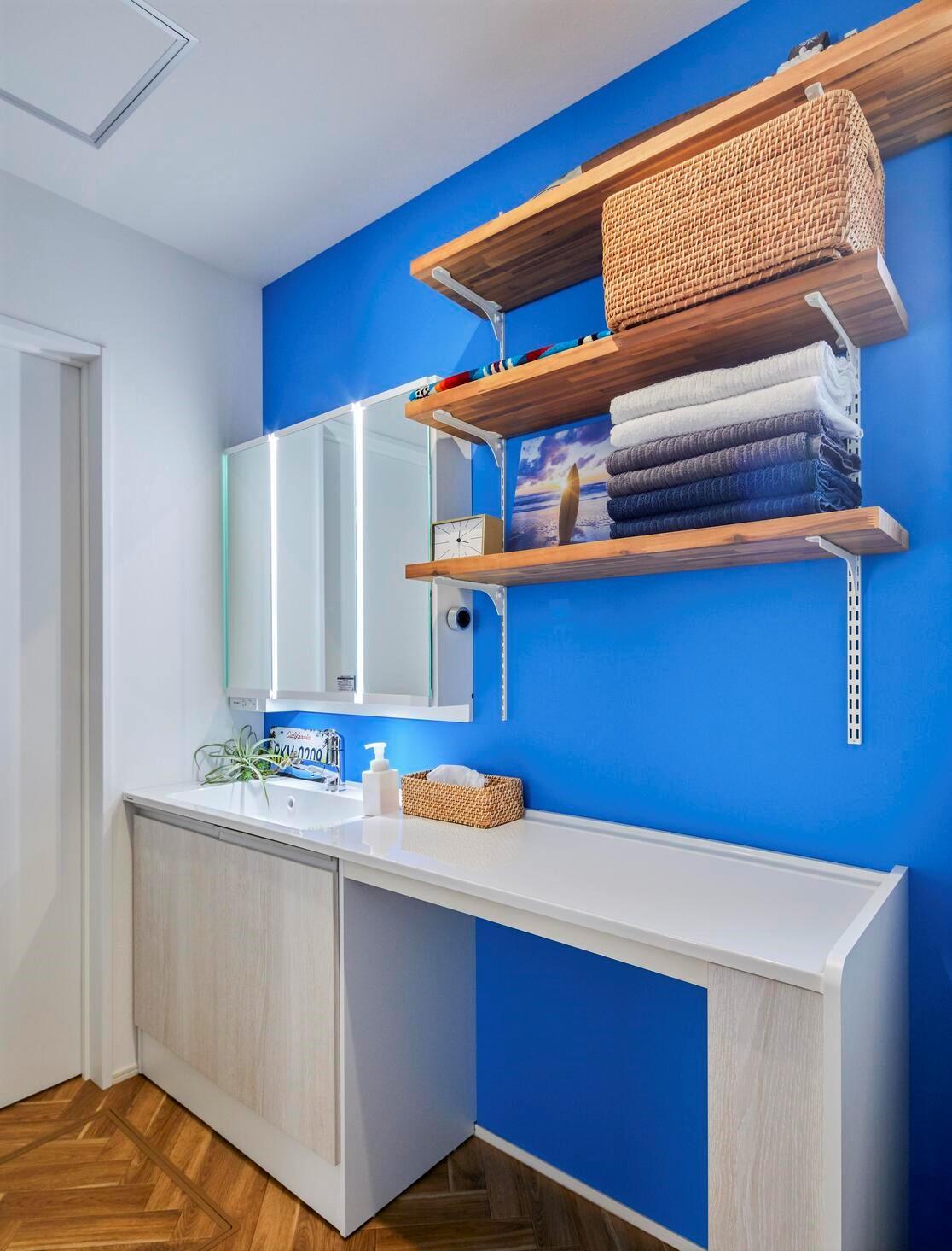 天板を延長した洗面台は使い勝手抜群