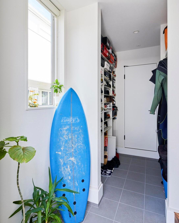 サーフ用品も収納できる広々とした玄関収納