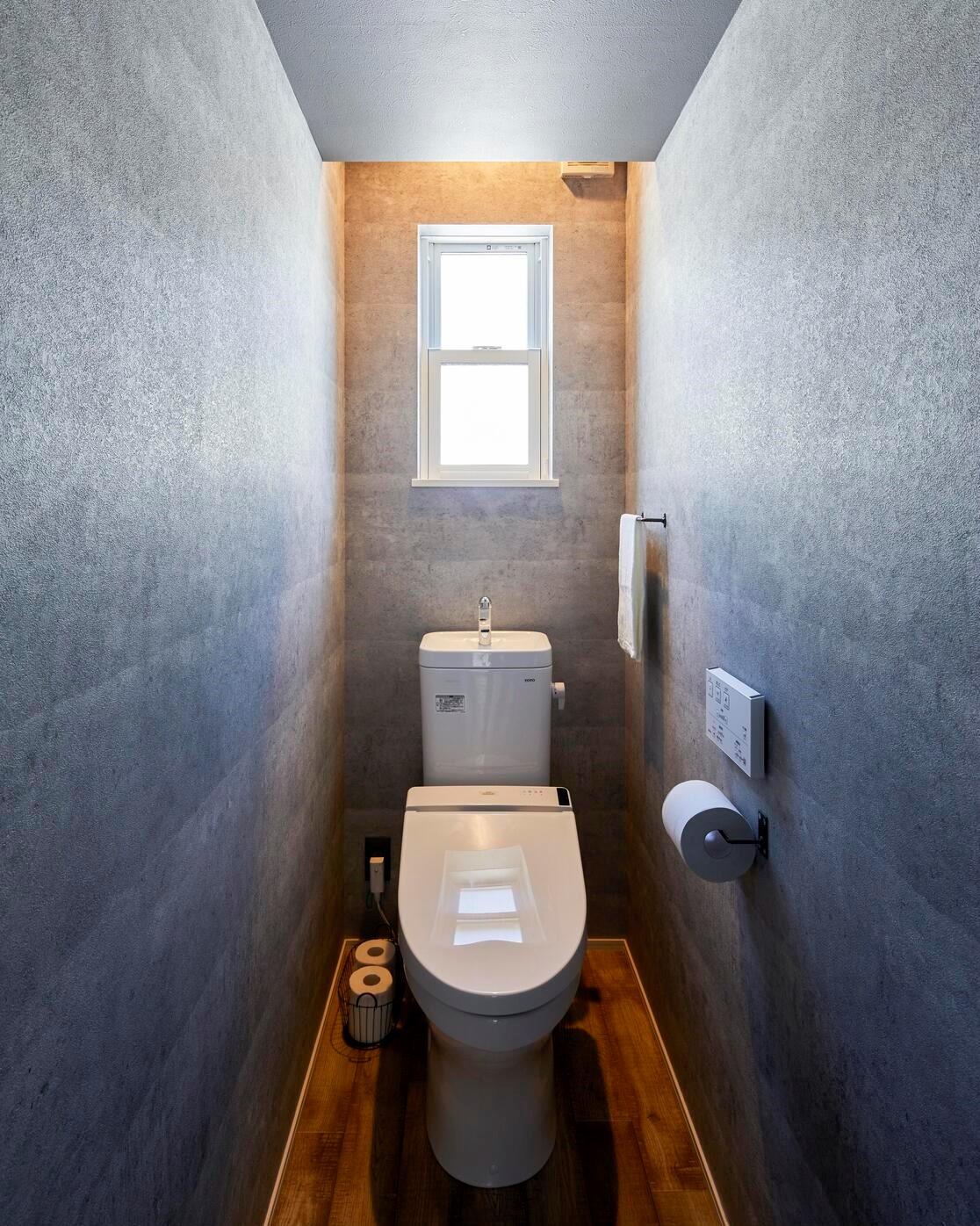 トイレはセメント系クロスで落ち着いた空間に