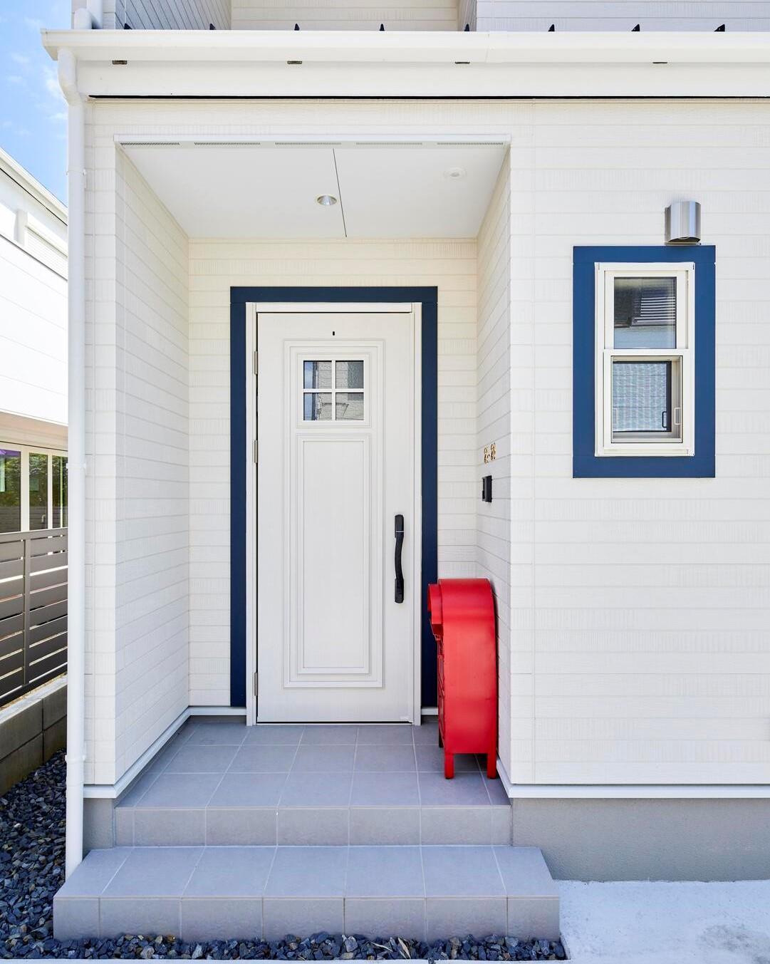 玄関ドアや窓枠には濃いめのブルーをあしらった
